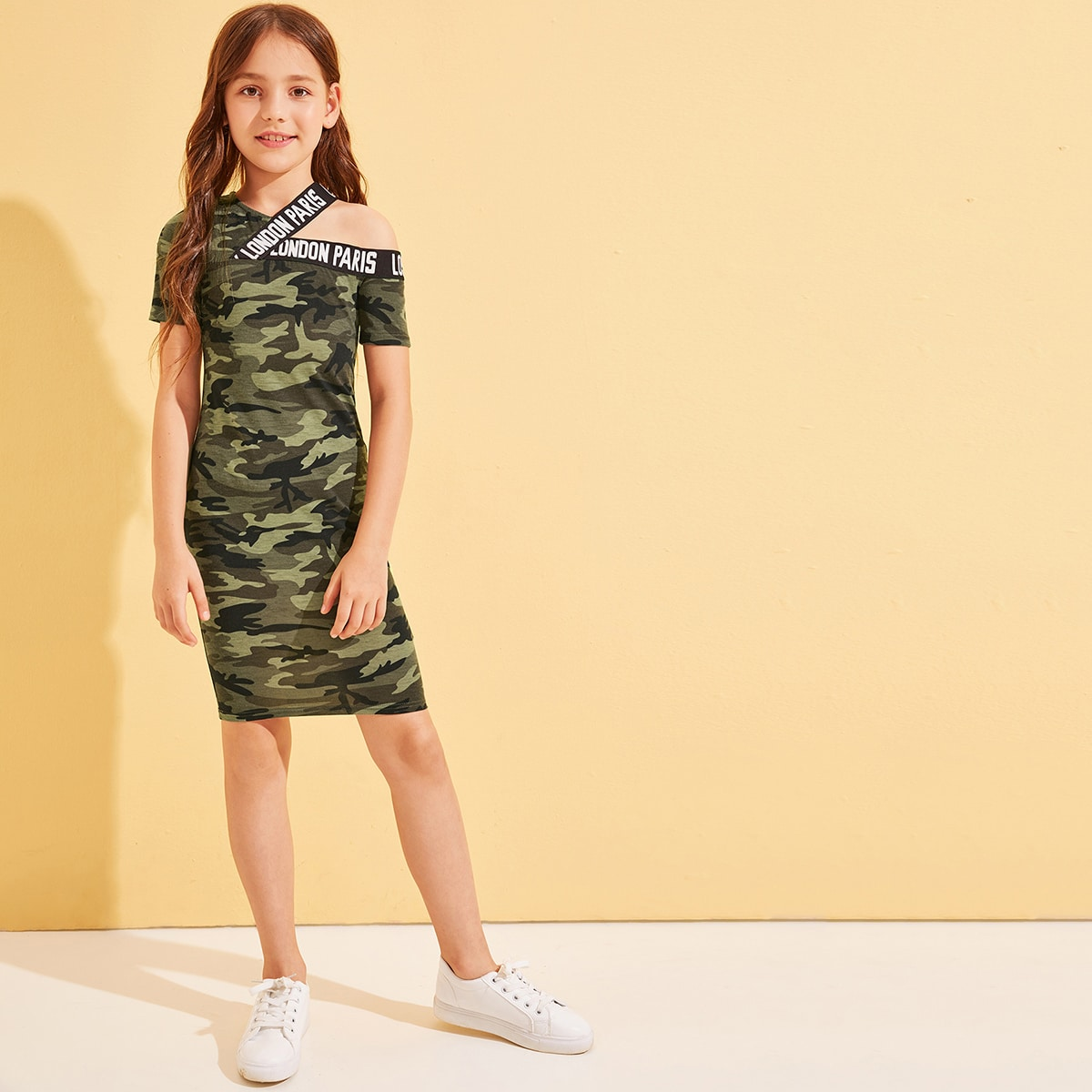Камуфляжное платье с асимметричным плечом и текстовой лентой от SHEIN