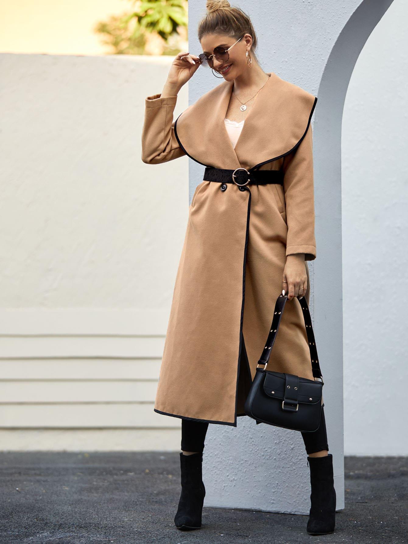 Замшевое длинное пальто с контрастной отделкой