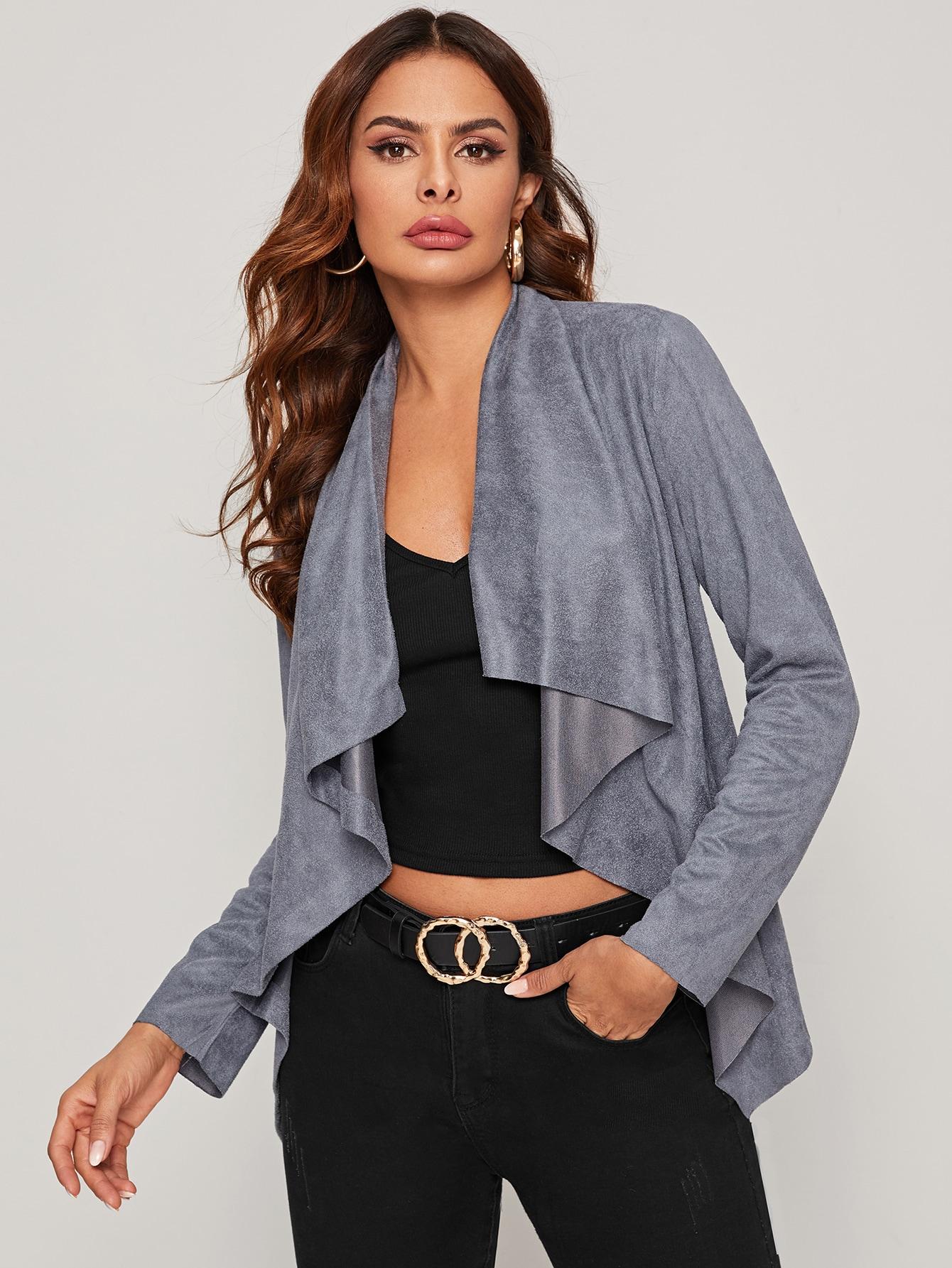 Однотонное замшевое пальто с каскадным вырезом