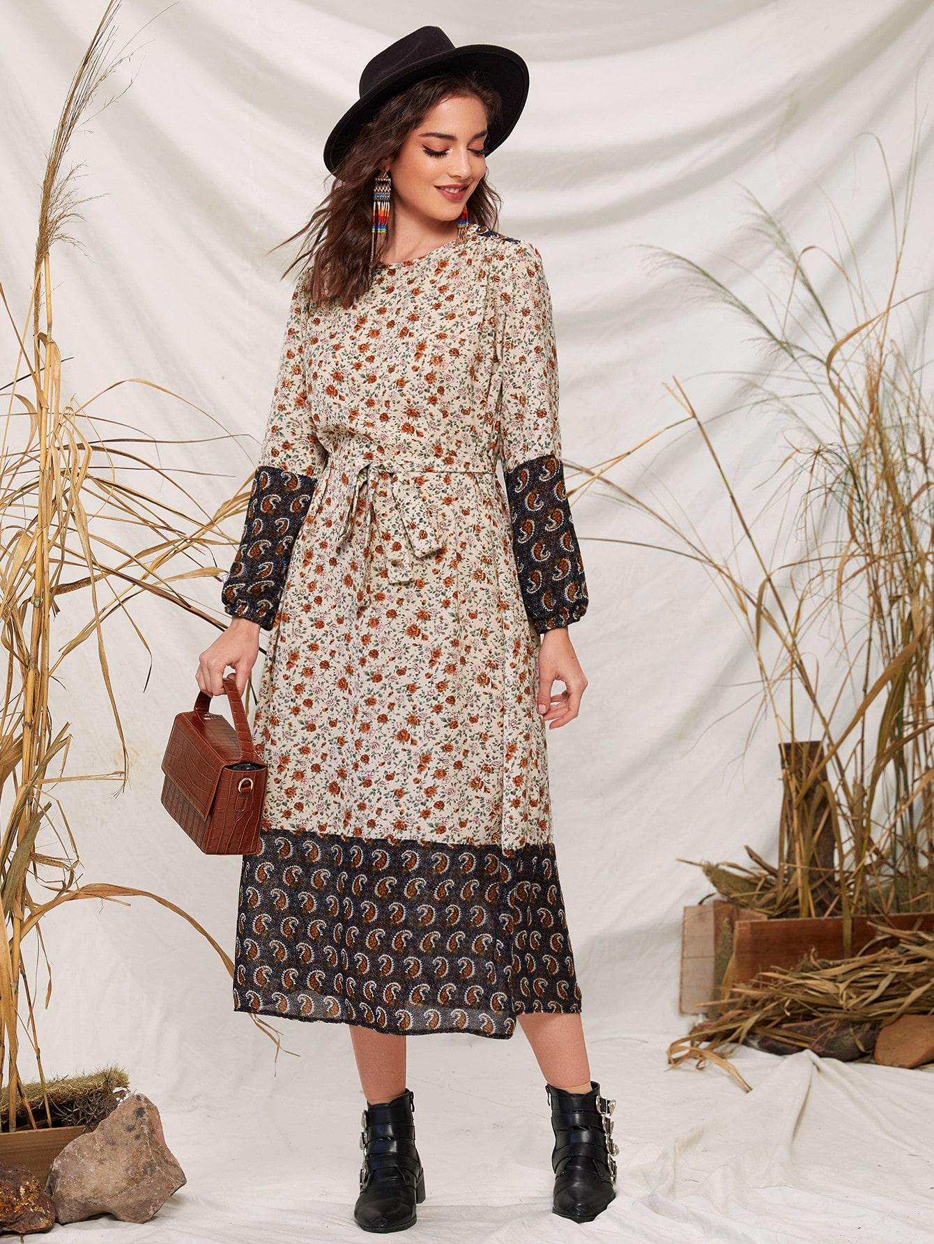Платье с поясом и цветочным принтом