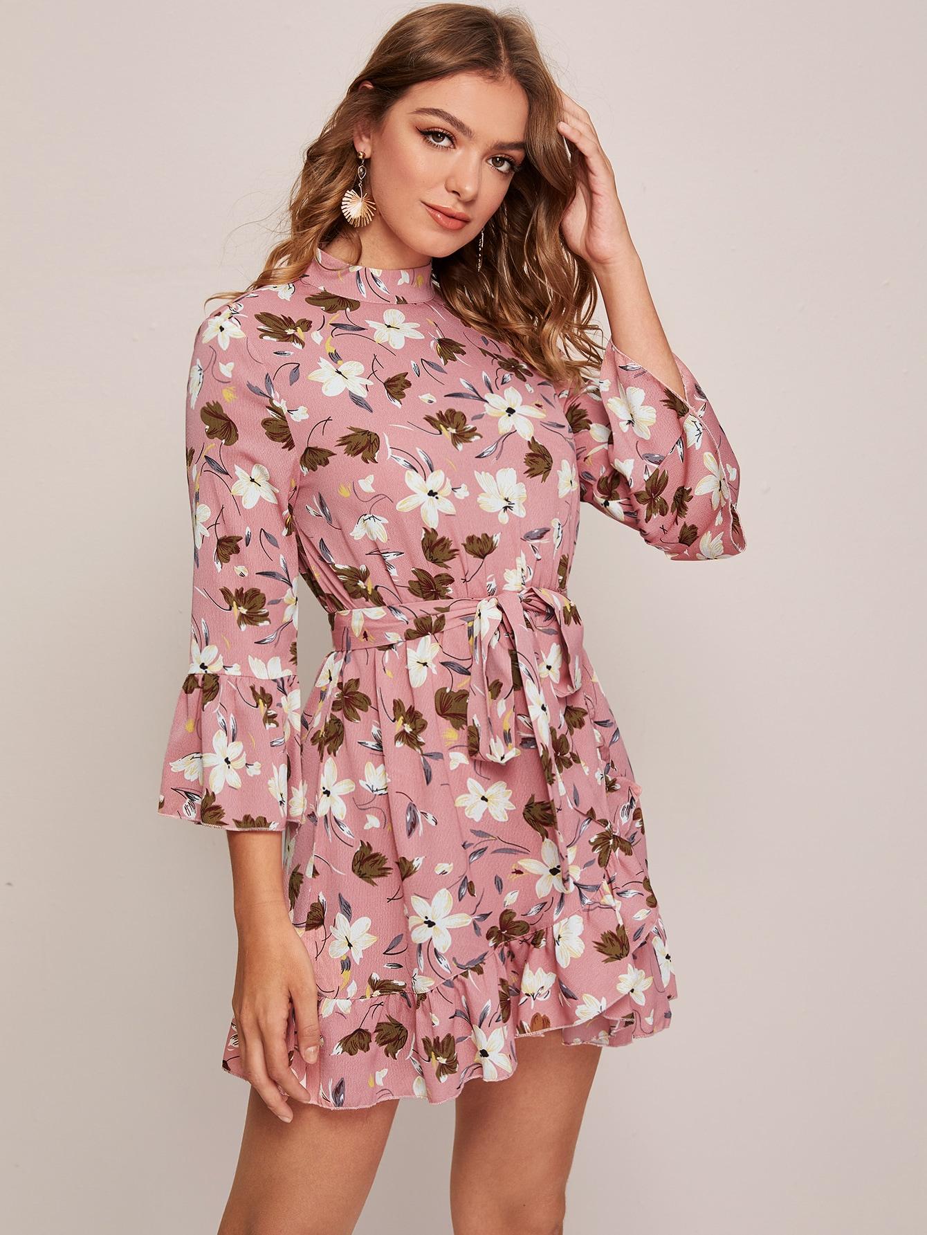 Асимметричное платье с цветочным принтом и поясом