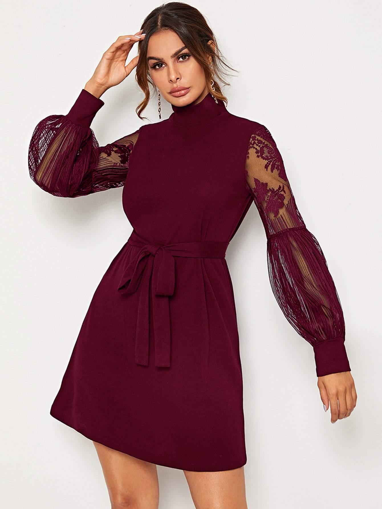 Платье с высоким вырезом, кружевным рукавом и поясом