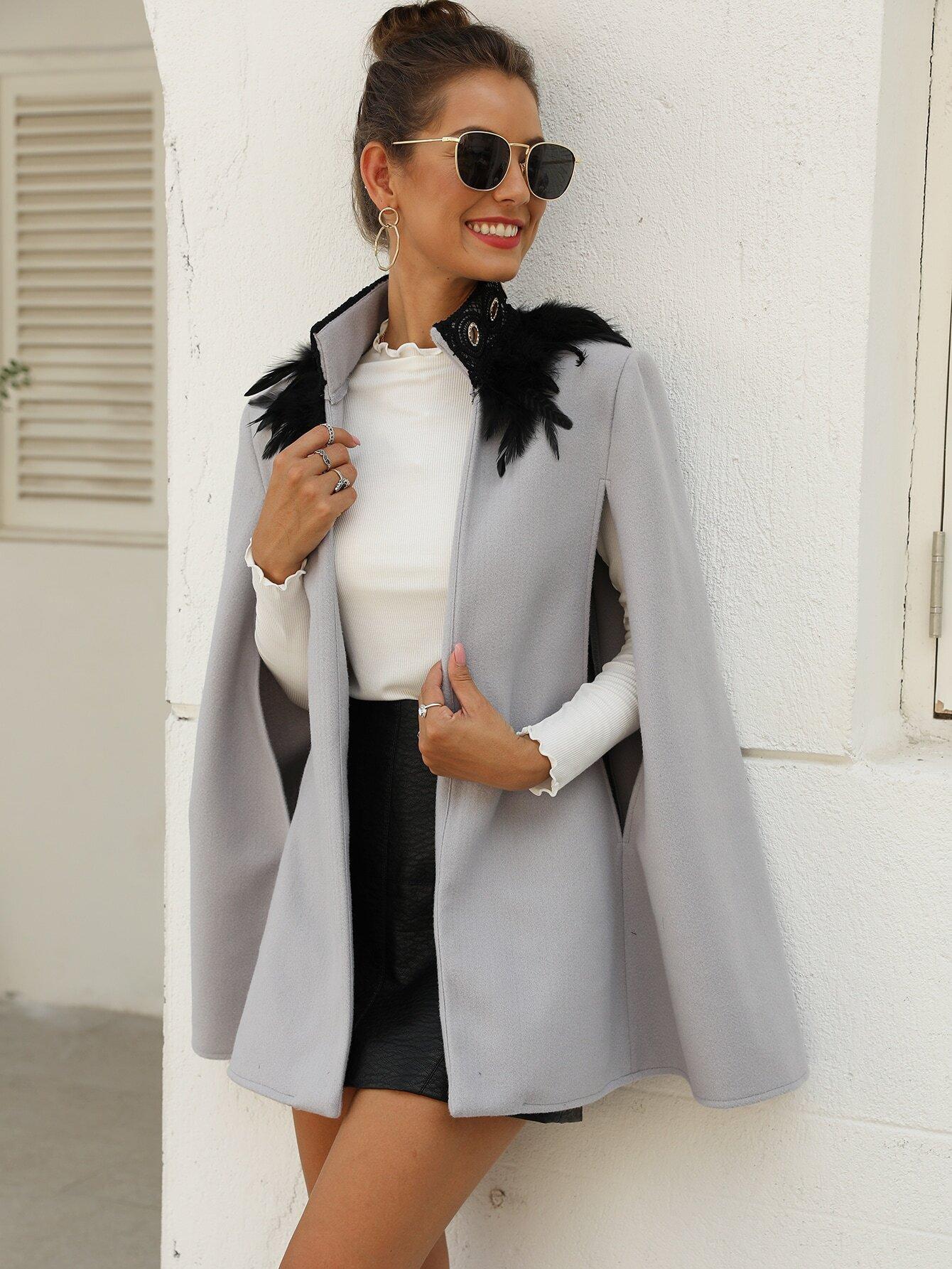 Твидовое пальто-кейп с перьями