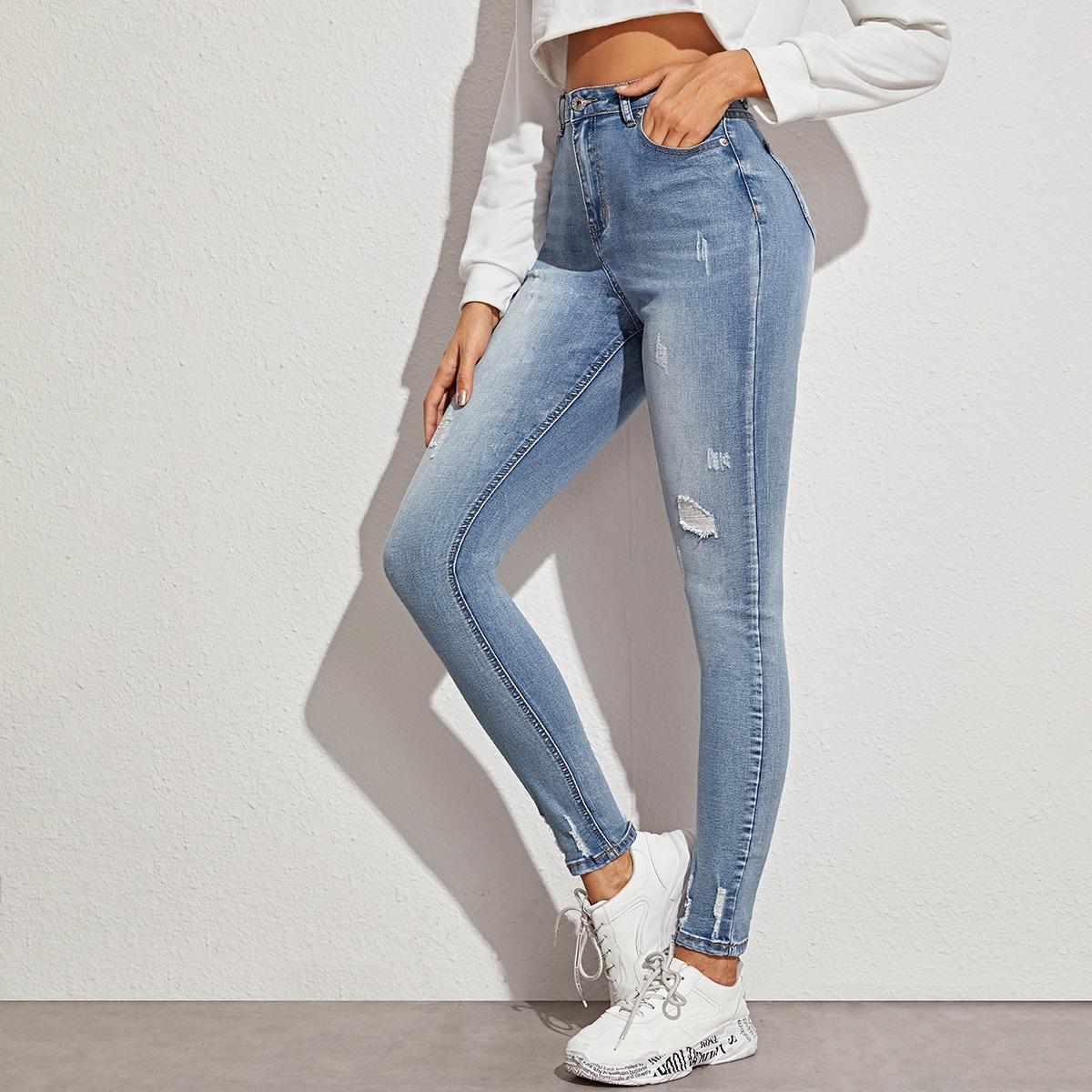 Облегающие рваные джинсы