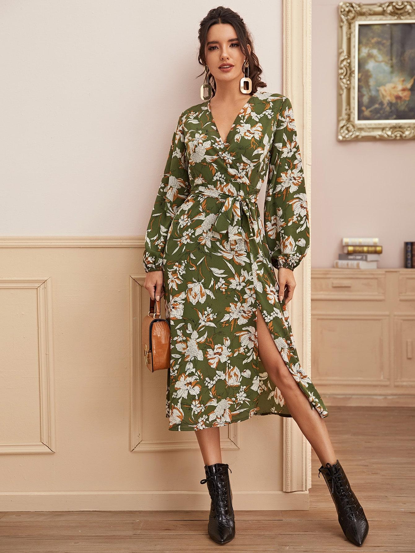 Платье с цветочным принтом, разрезом и поясом