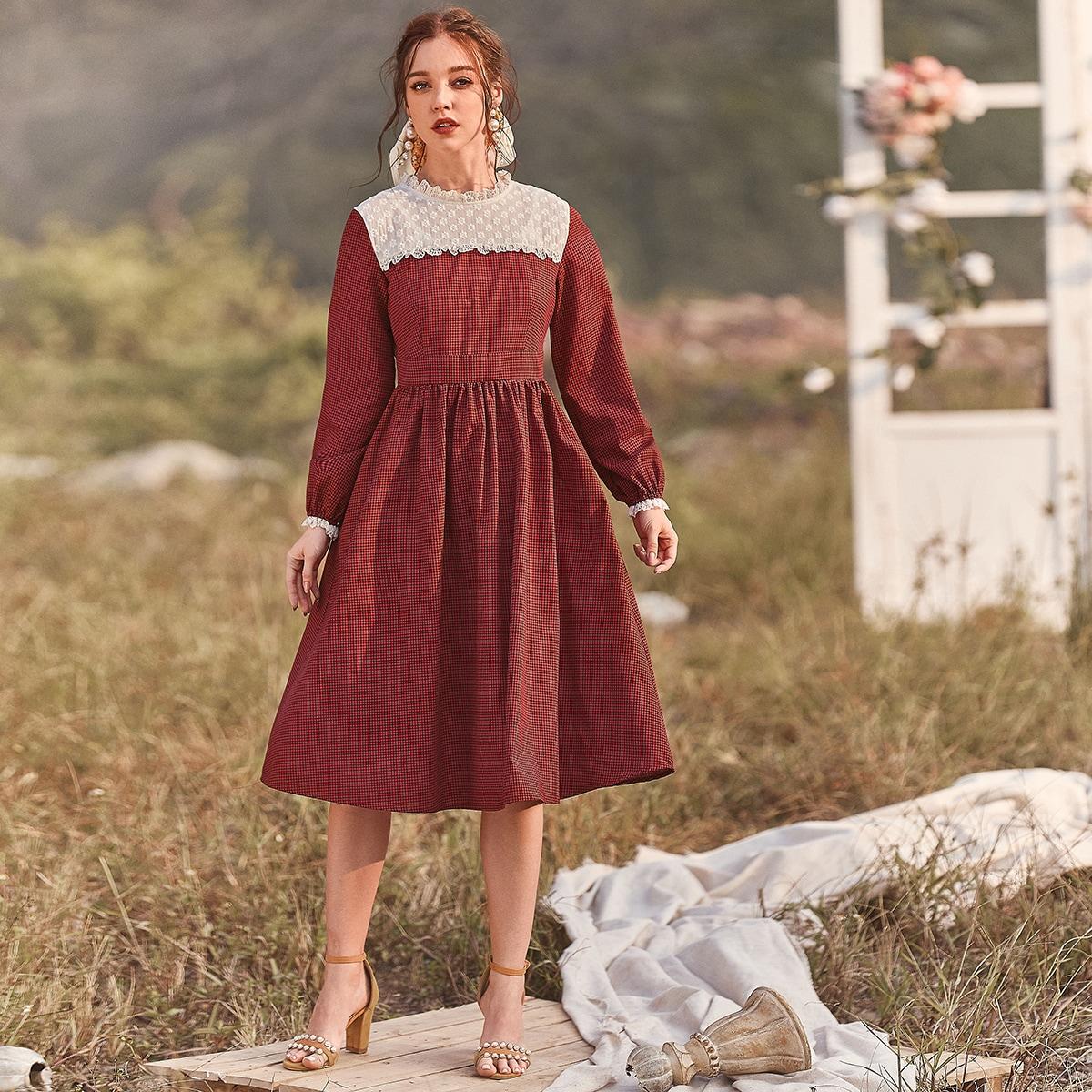 Платье в клетку с кружевной отделкой и вышивкой