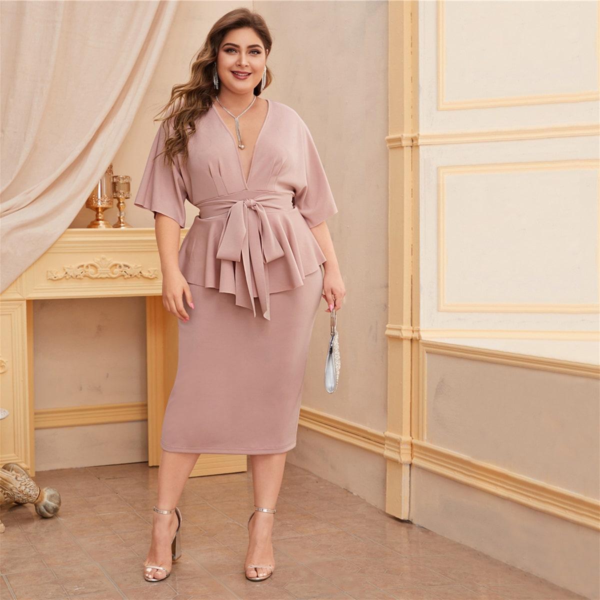 Платье размера плюс с глубоким вырезом и узлом