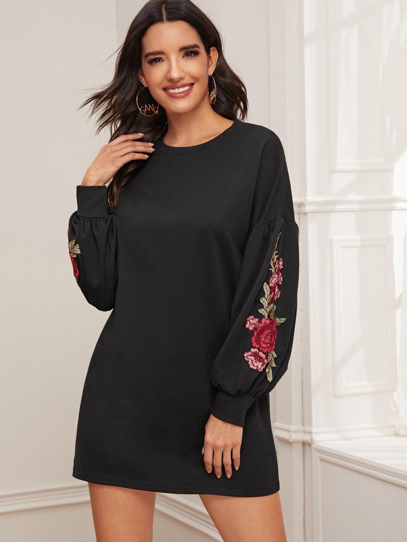 Платье-свитшот с цветочной аппликацией и оригинальным рукавом