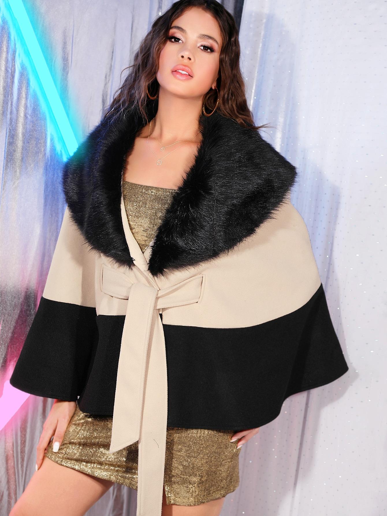 Двухцветное пальто-кейп с узлом и вырезом из искусственного меха