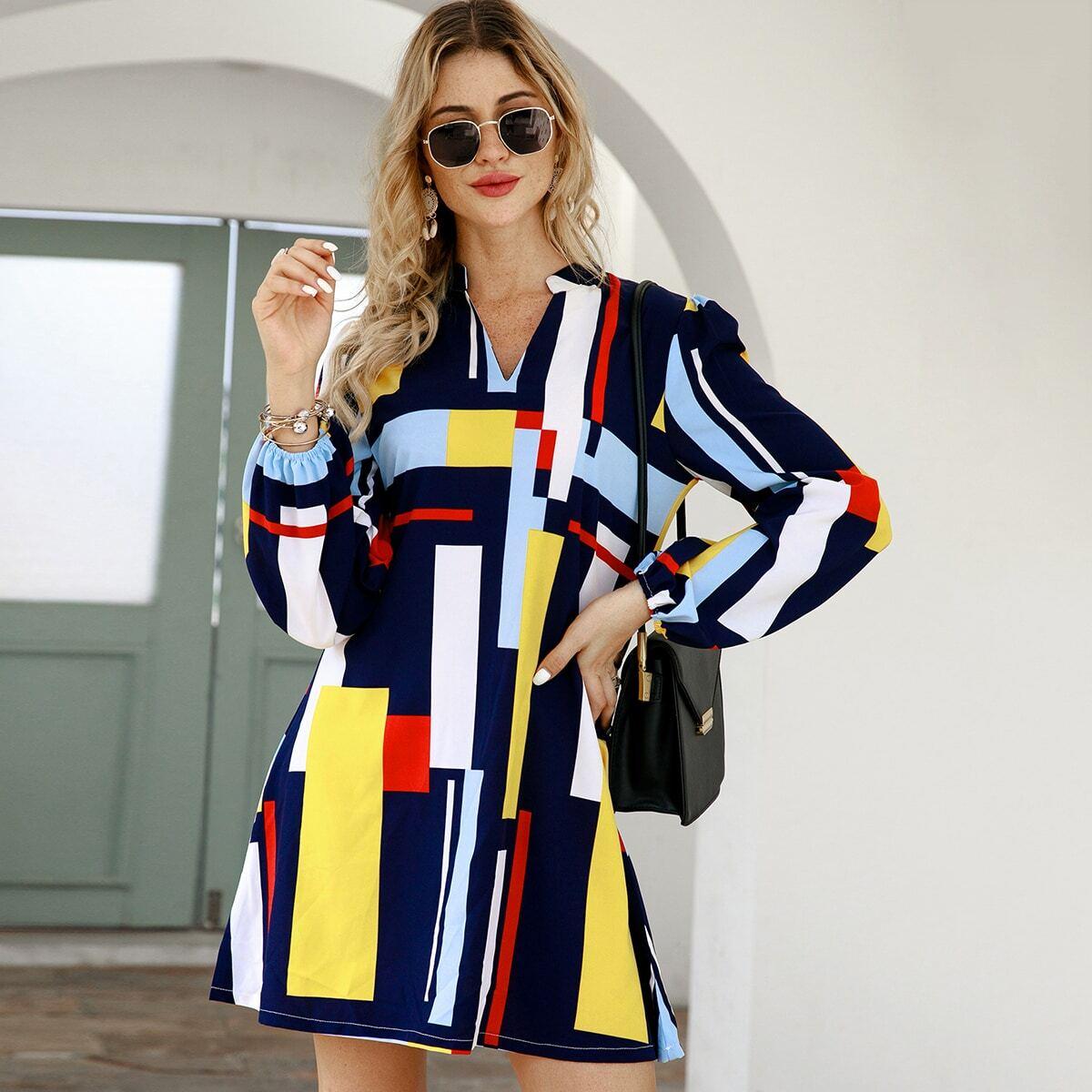 Платье-рубашка с клиновидным вырезом и геометрическим принтом