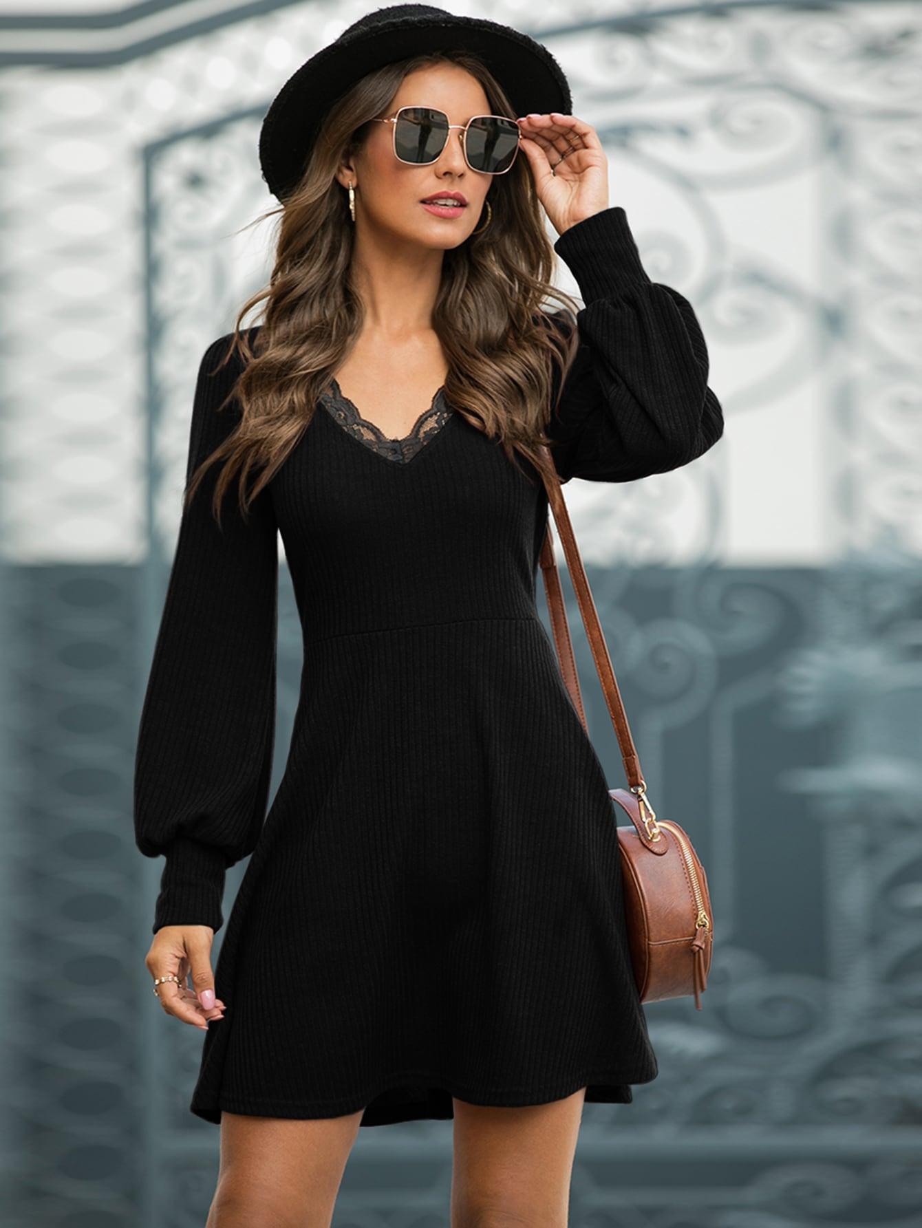 Контрастное вязаное платье A-силуэта с кружевной отделкой