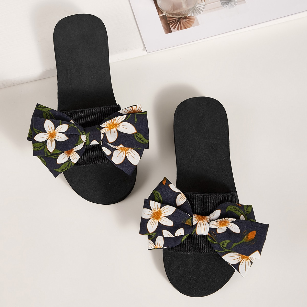 Тапочки с открытым носком, бантом и цветочным узором от SHEIN