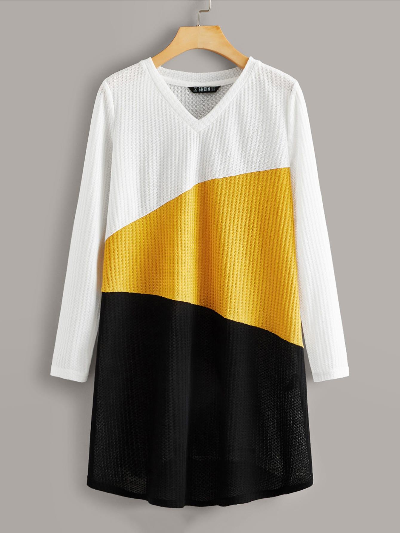 Контрастное вязаное платье-футболка с v-образным вырезом