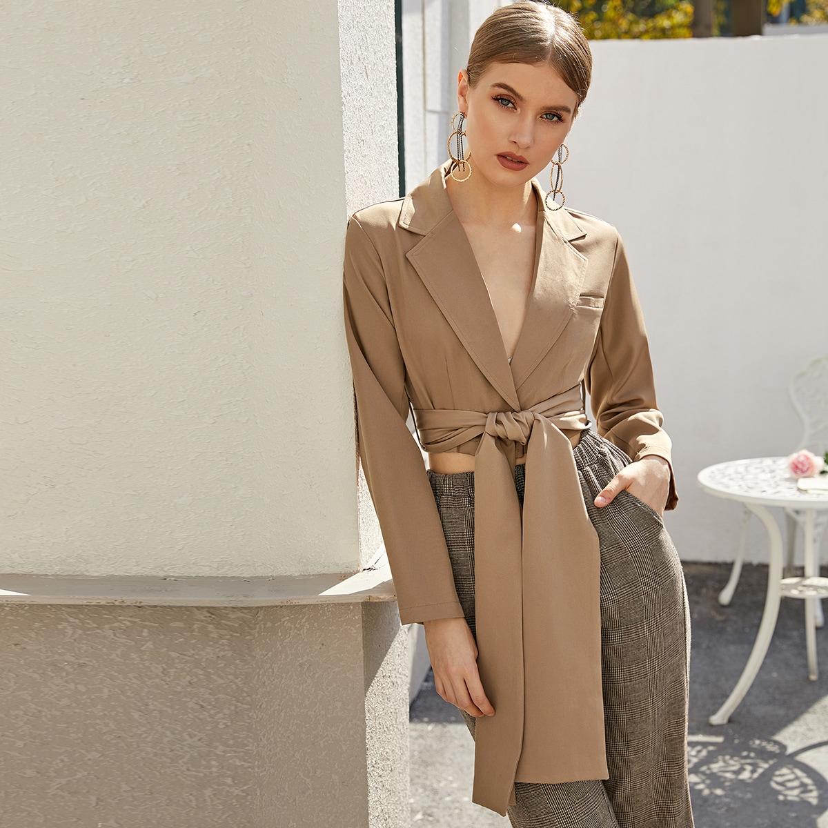 Однотонный короткий пиджак с поясом и клиновидным вырезом