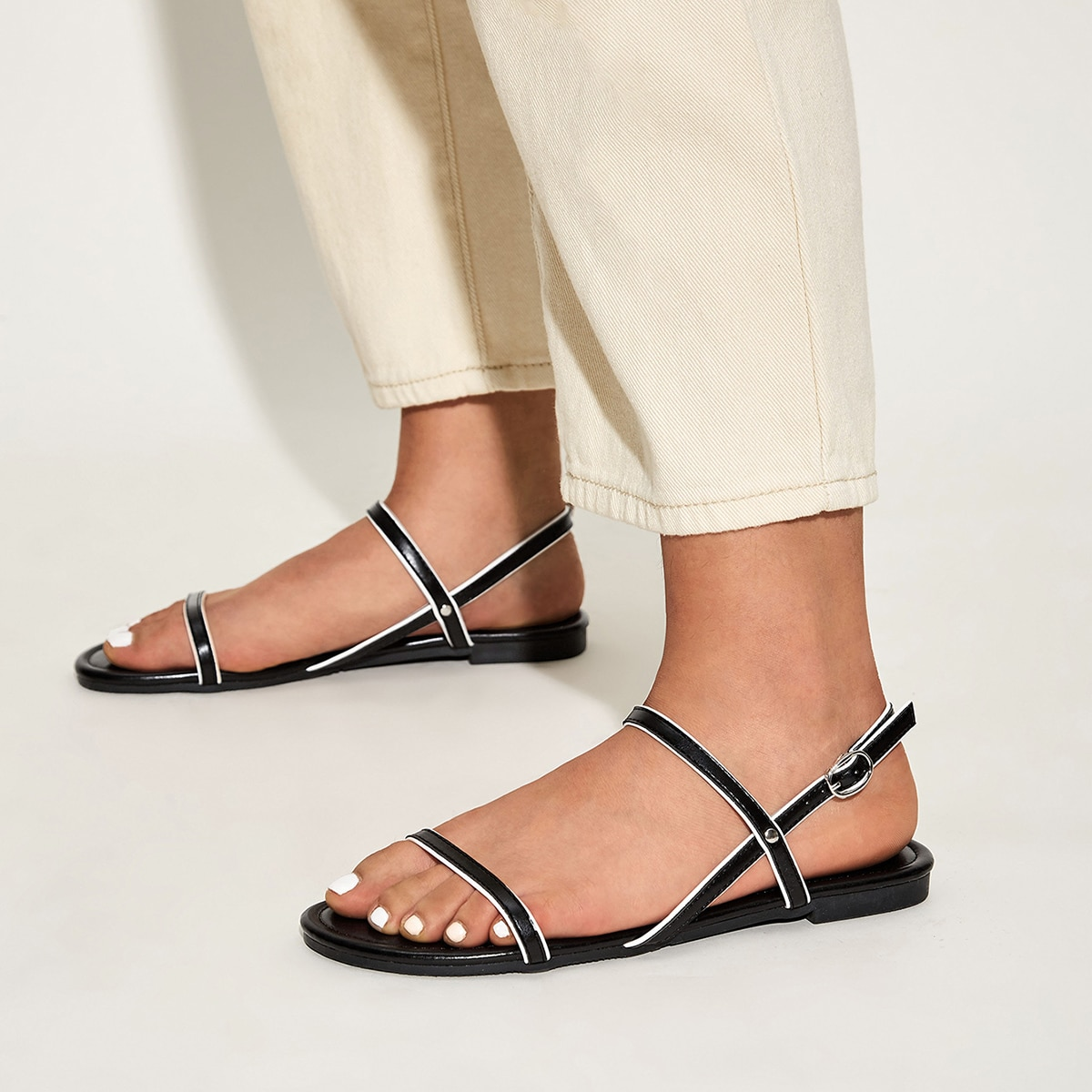 Platte sandalen met open neus en slingback