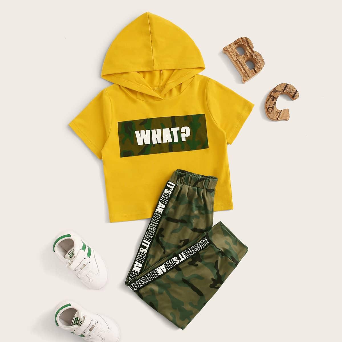 Футболка с капюшоном, текстовым принтом и камуфляжные спортивные брюки для мальчиков от SHEIN