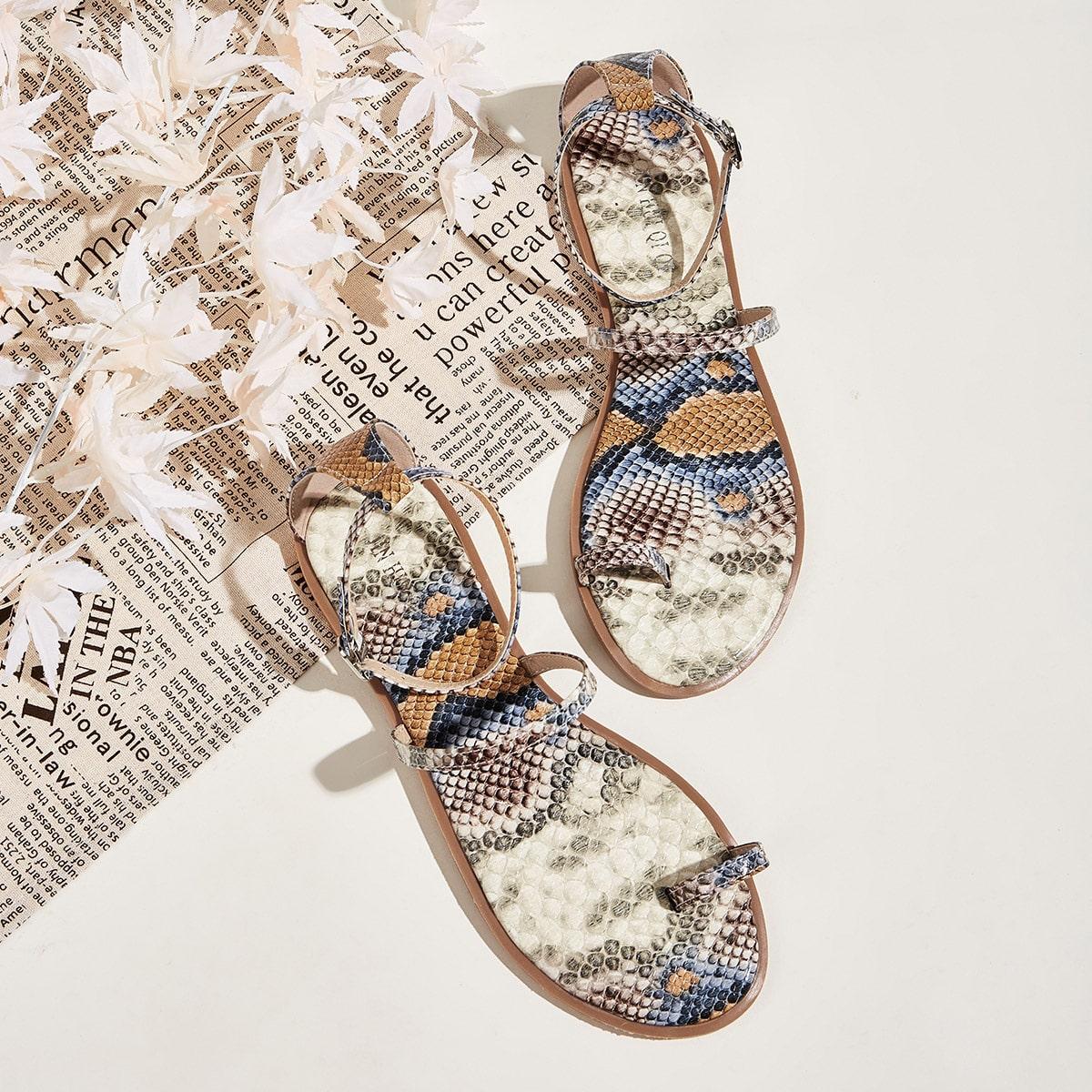 Sandalen met slangenprint en teenring