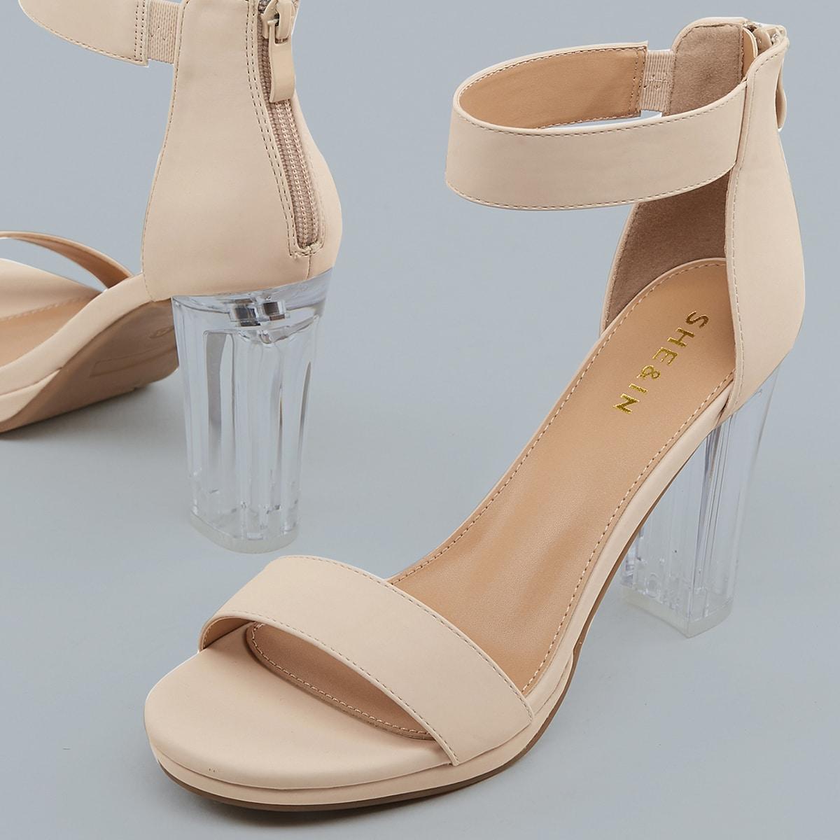 Сандалии на каблуках с ремешком и квадратным носком