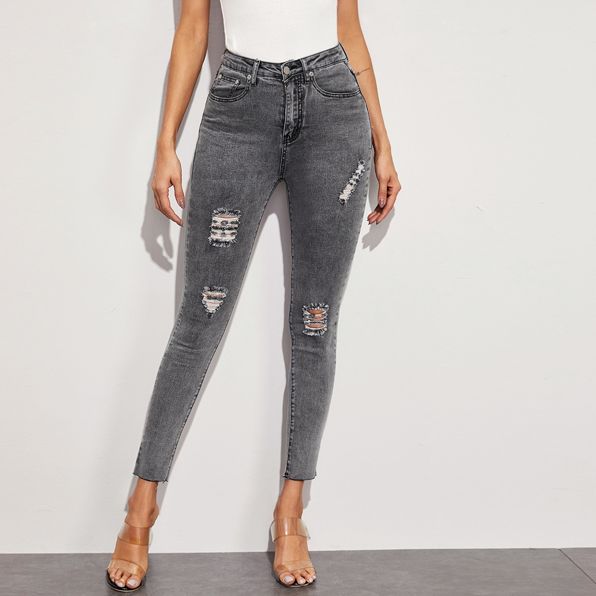 Серые рваные облегающие джинсы
