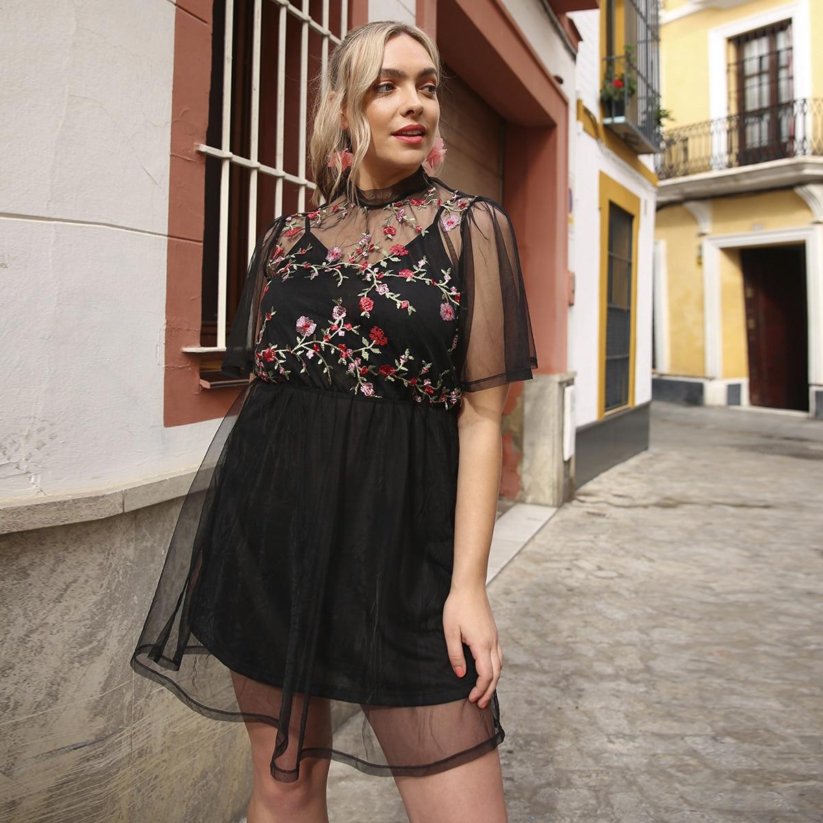 SHEIN / Große Größen - Kleid mit Blumen Stickereien und Netzstoff
