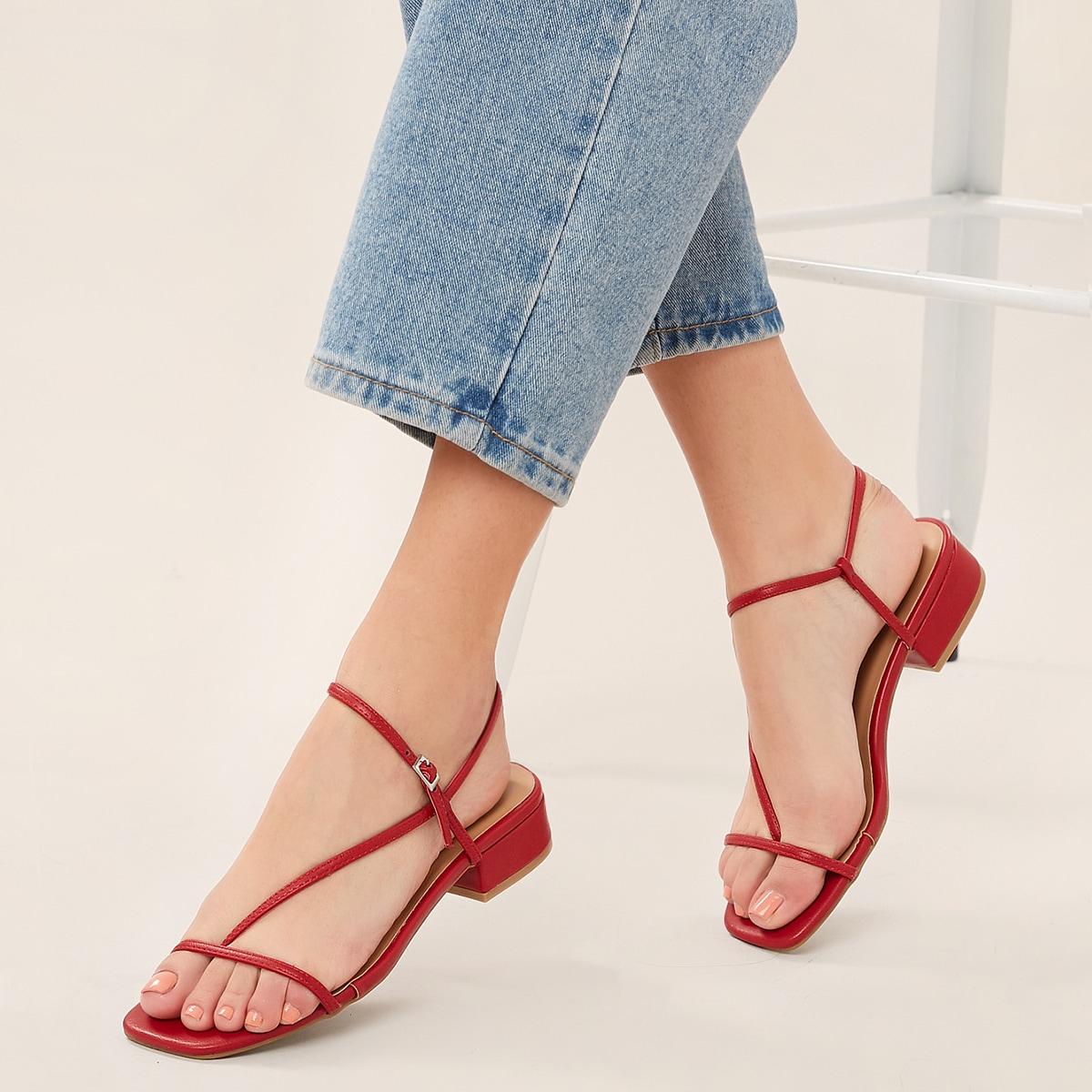 Сандалии на каблуках с асимметричные ремешком и квадратным открытым носком