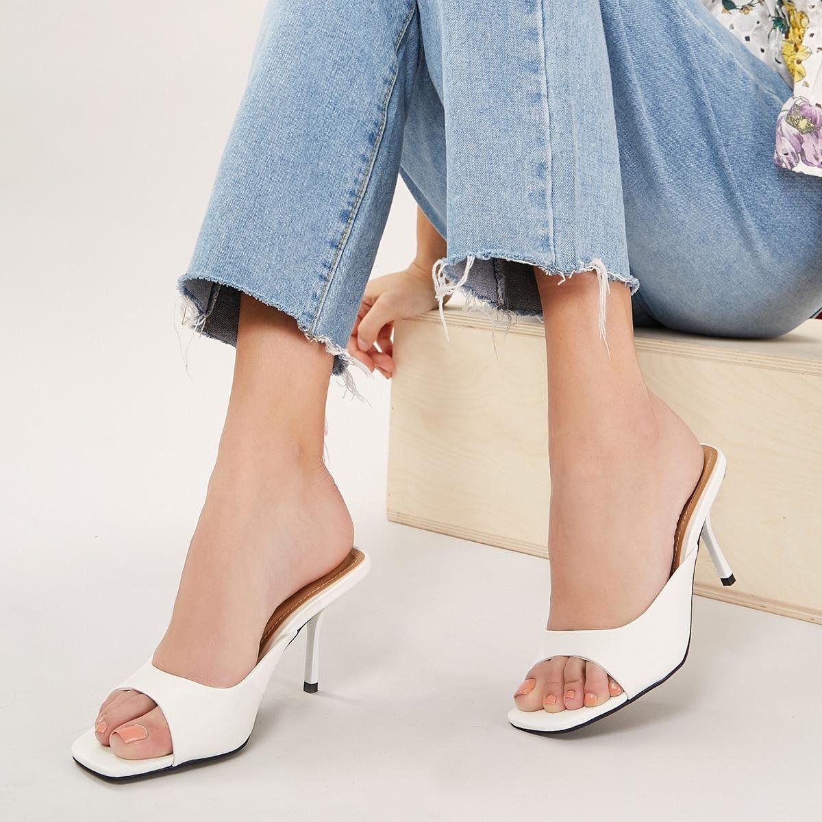 Сандалии на каблуках с открытым носком