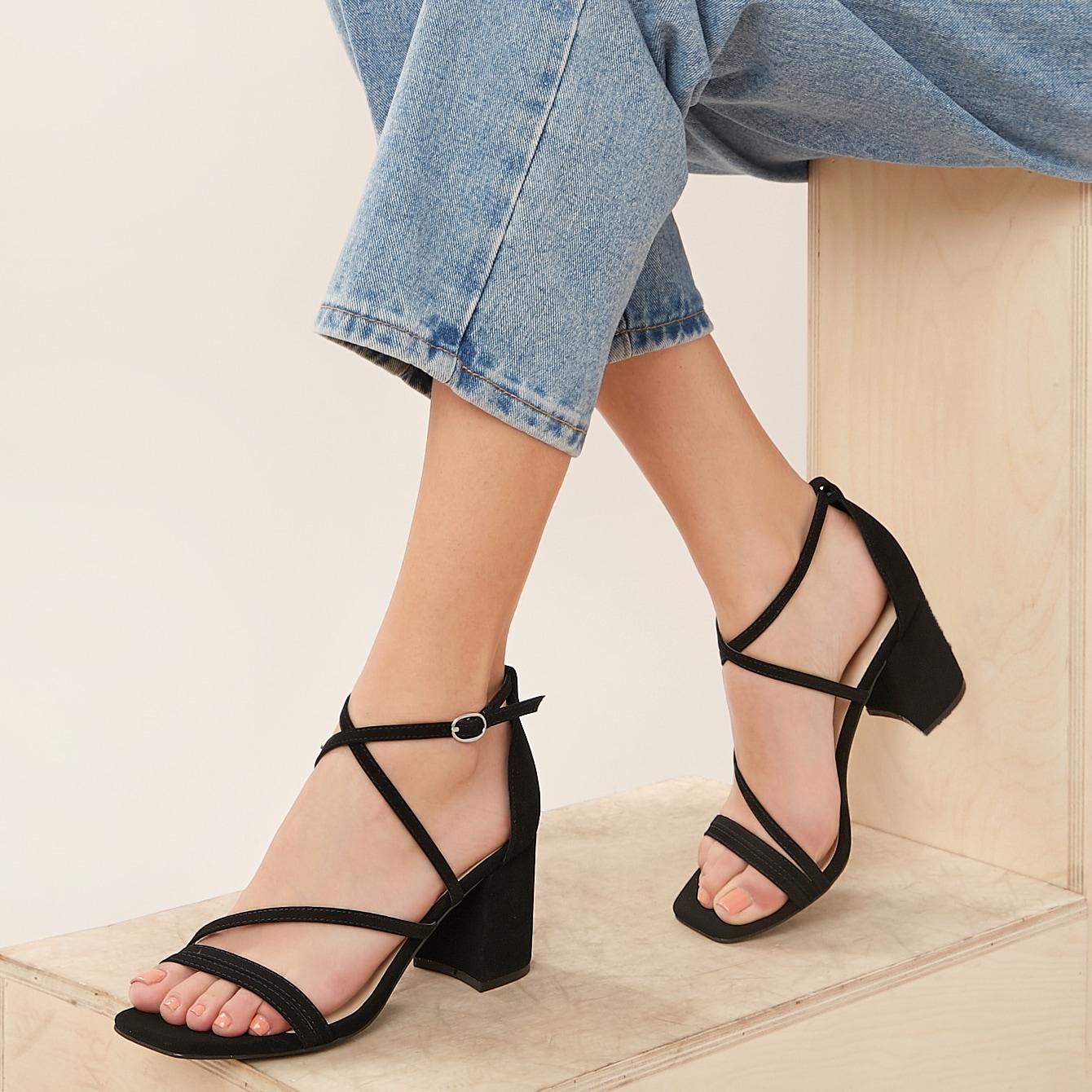 Сандалии на каблуках с открытым носком и ремешком