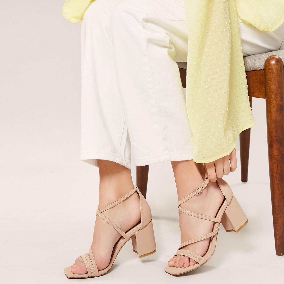 Сандалии на каблуках с квадратным открытым носком