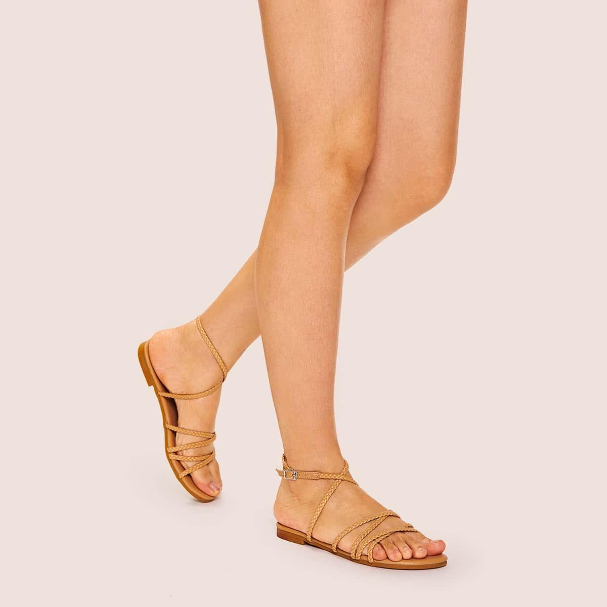 Gevlochten platte sandalen met gekruiste bandjes