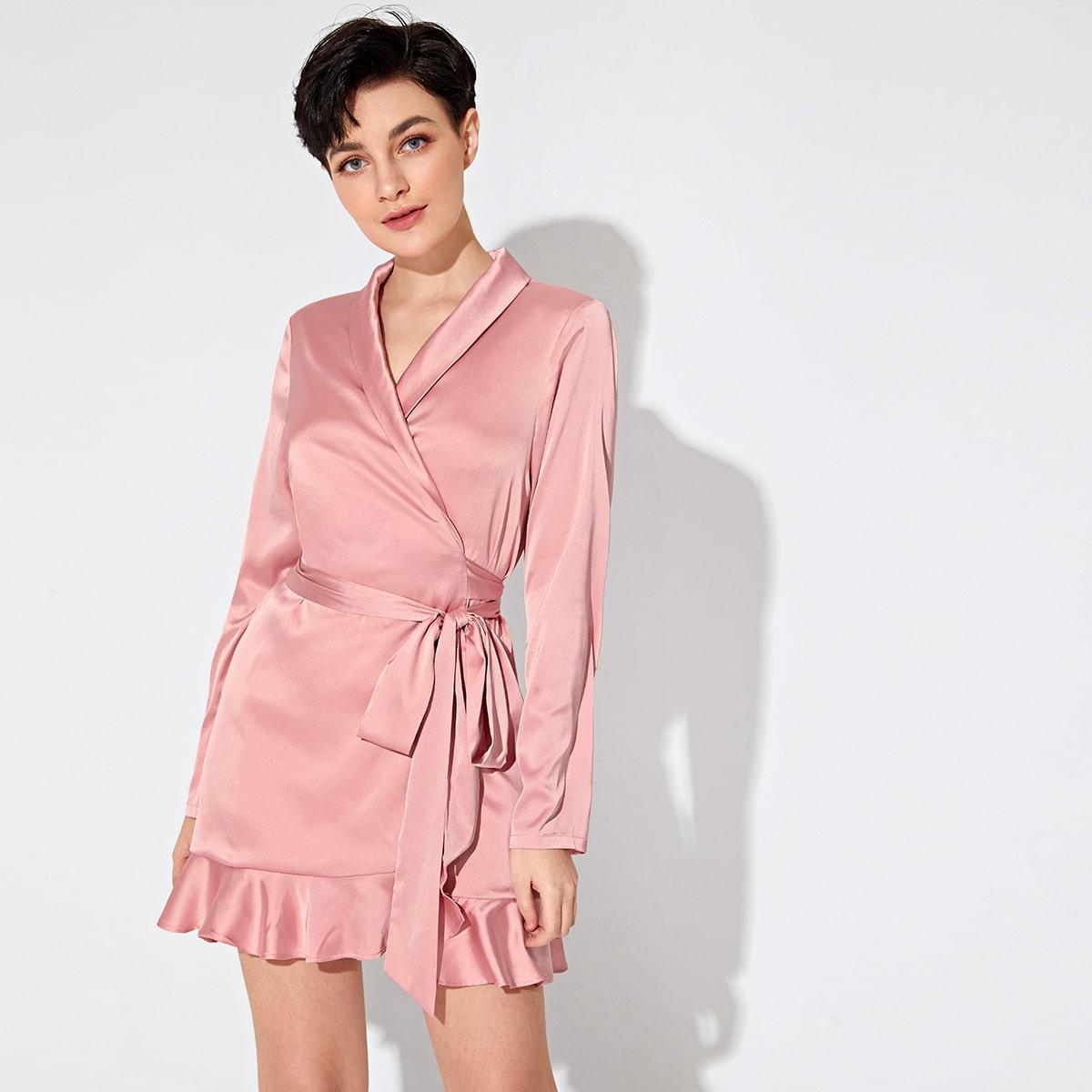 Атласное платье с оборками и поясом фото