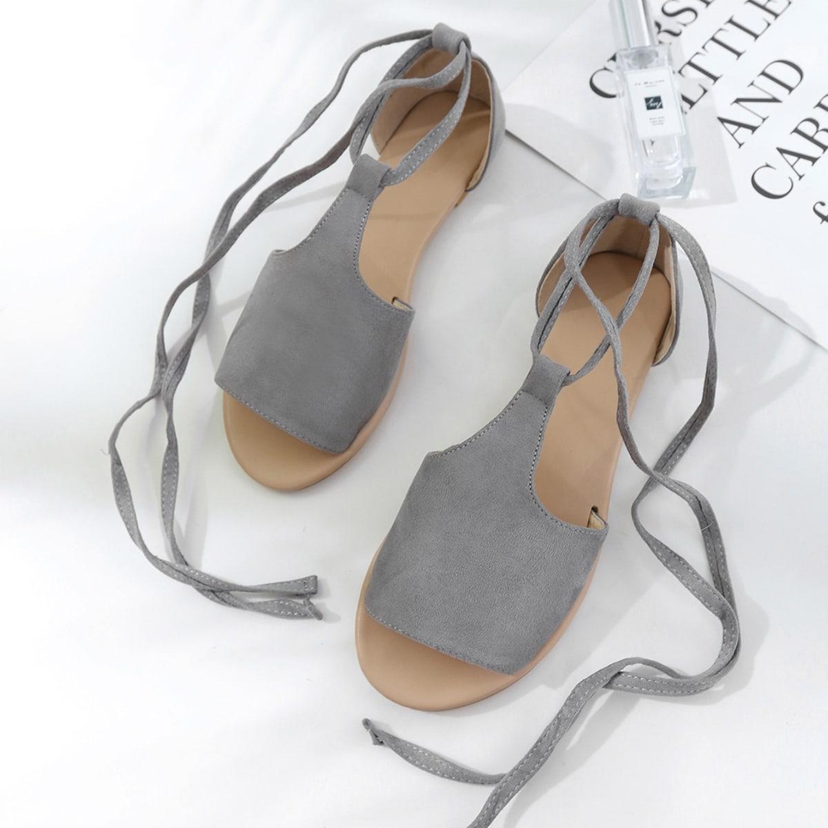 Platte sandalen met strik op de pijpen