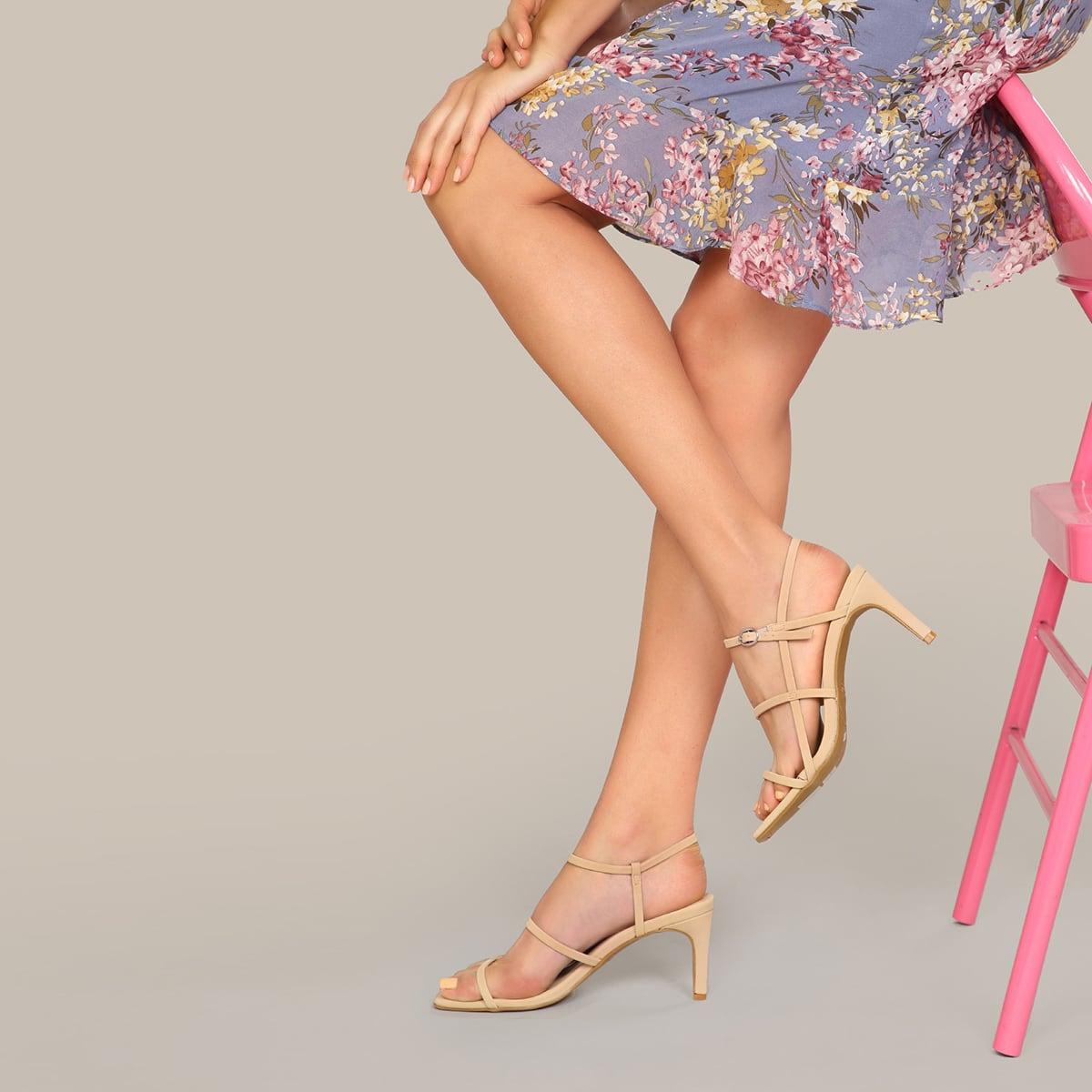 Сандалии на каблуках с квадратным носком и ремешком