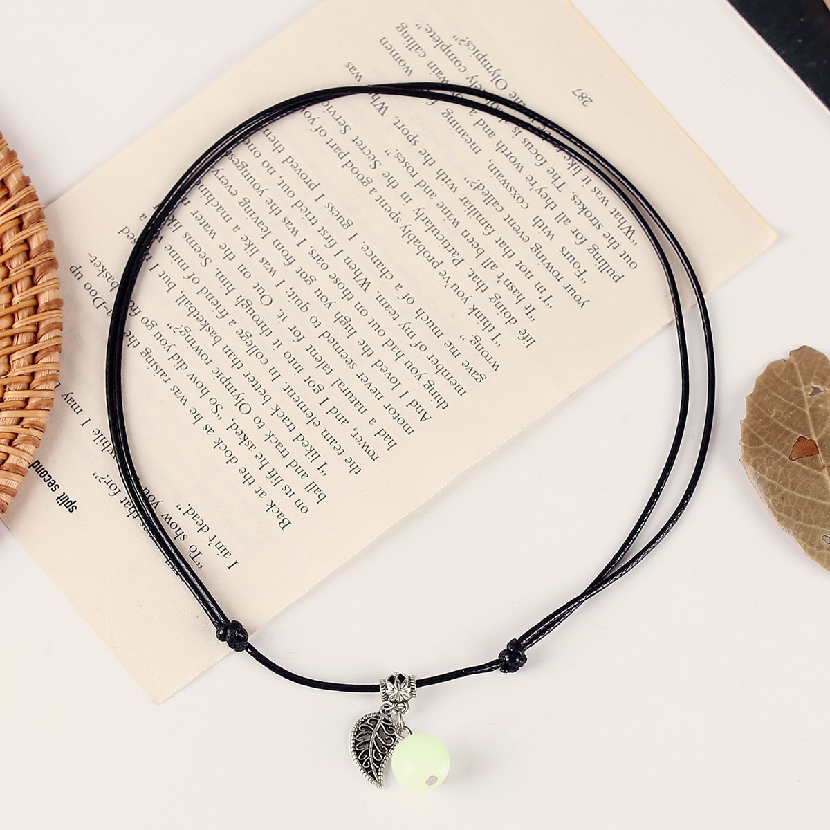 Светящееся ожерелье с декором листьев 1шт