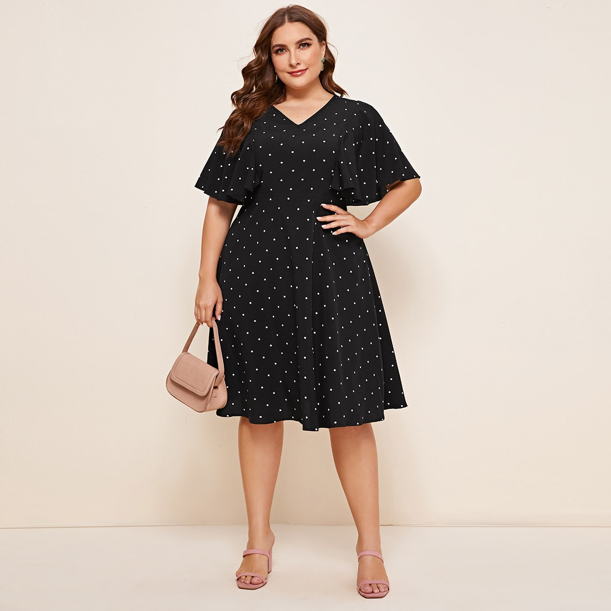Платье размера плюс в горошек с оригинальным рукавом фото