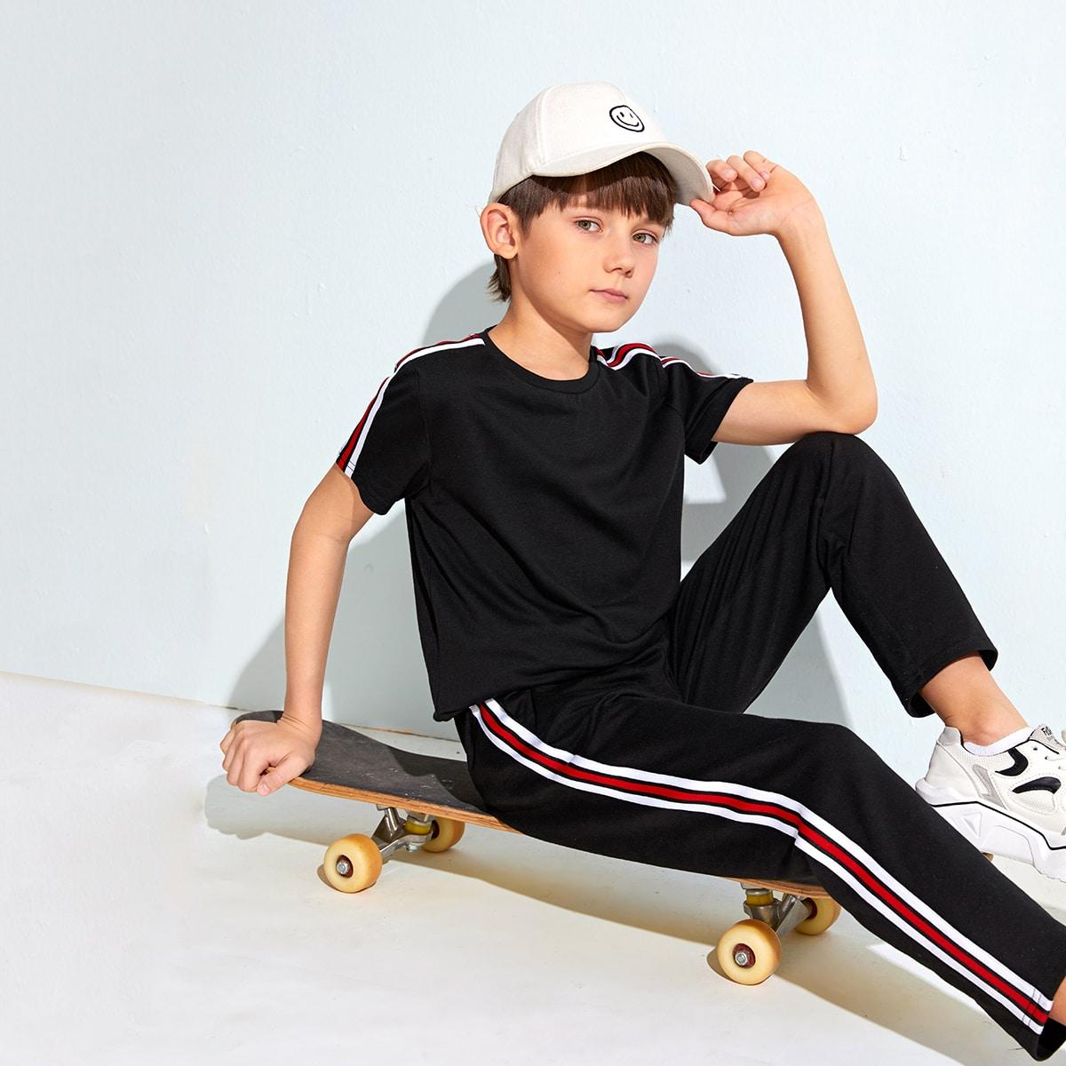 Контрастный топ с полосками и спортивные брюки для мальчиков от SHEIN
