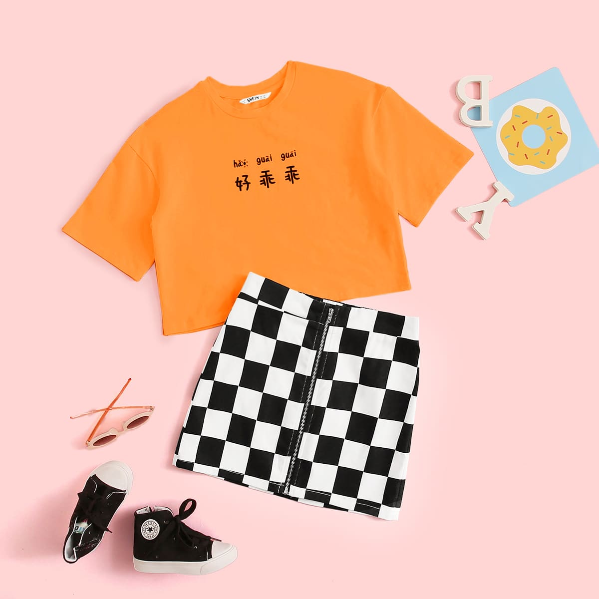 SHEIN / Mädchen Neon orange T-Shirt mit Buchstaben Grafik und Rock Set mit Karo Muster