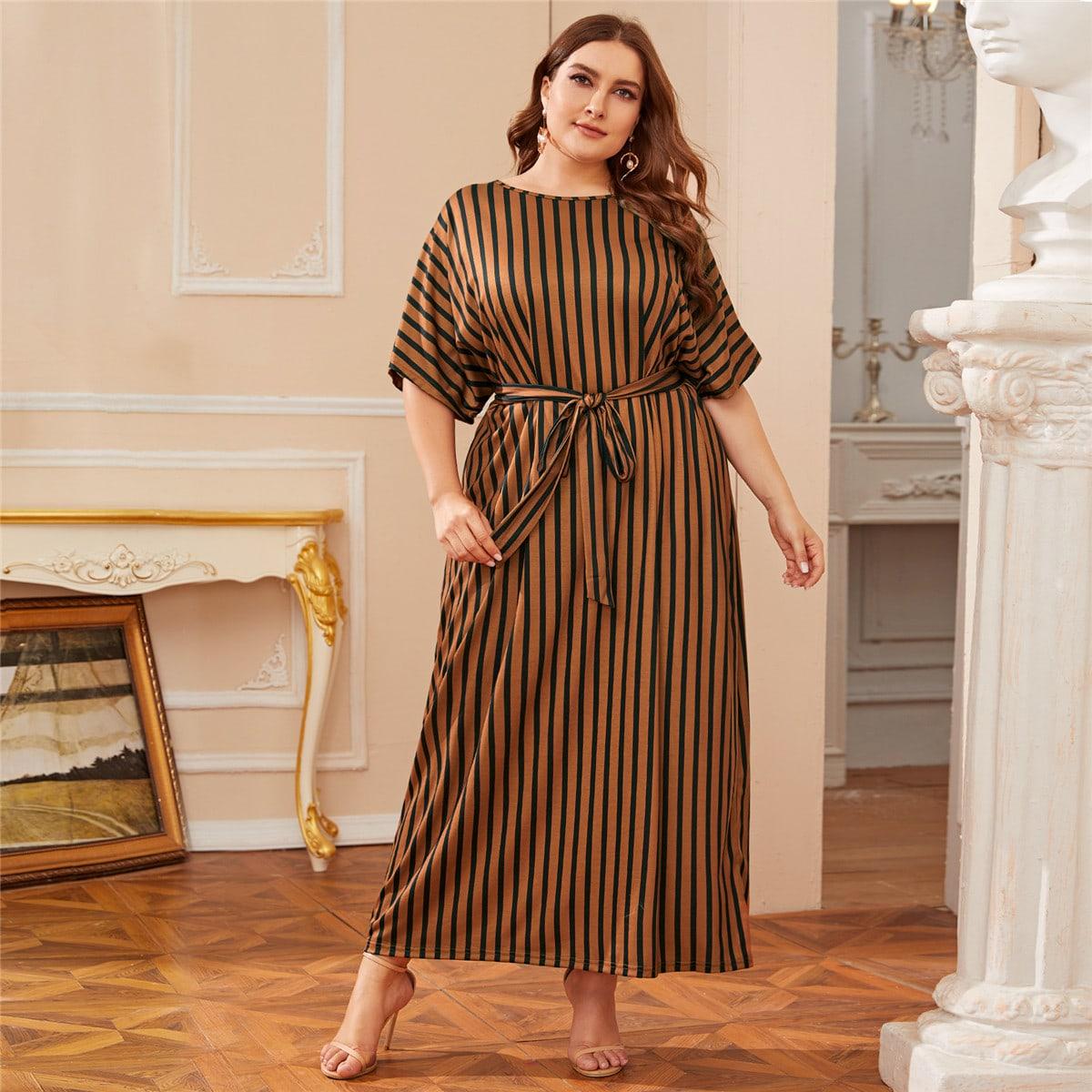 Платье в полоску с оригинальным рукавом и поясом размера плюс фото