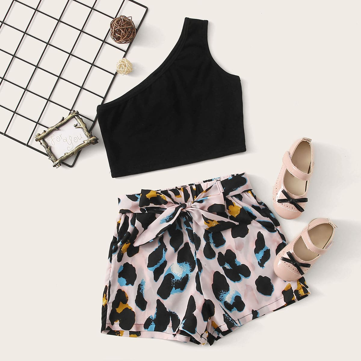 SHEIN / Mädchen Ein Schulter Top und Shorts Set mit Gürtel und Muster
