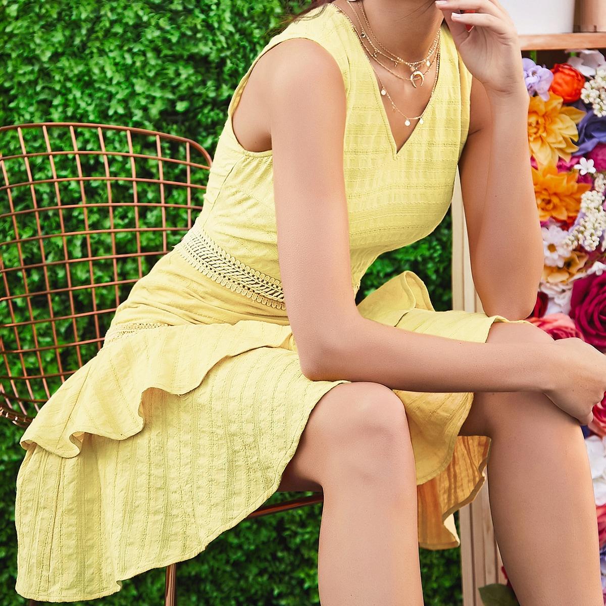 Платье с кружевной вставкой и многослойными оборками фото