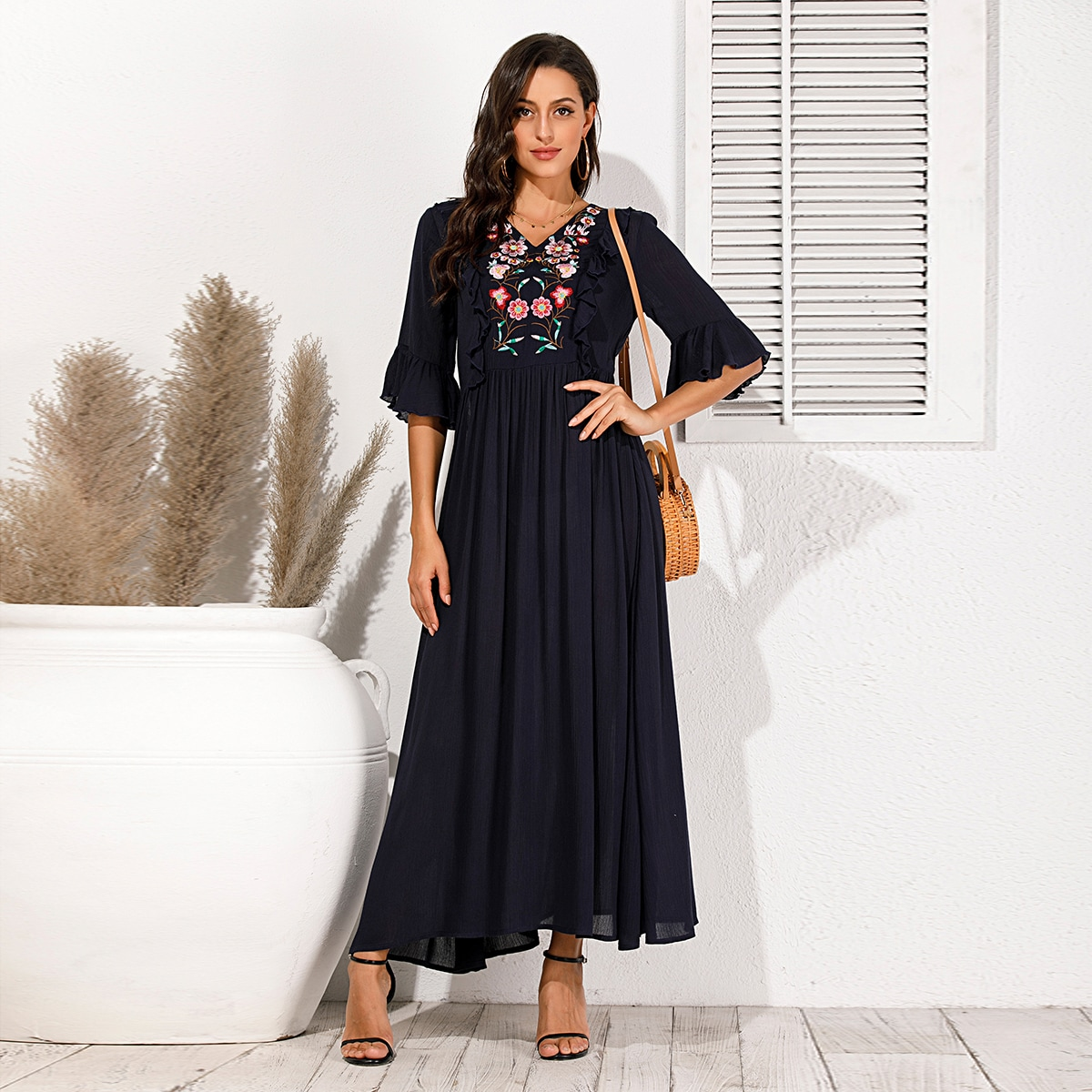 Платье с цветочной вышивкой фото