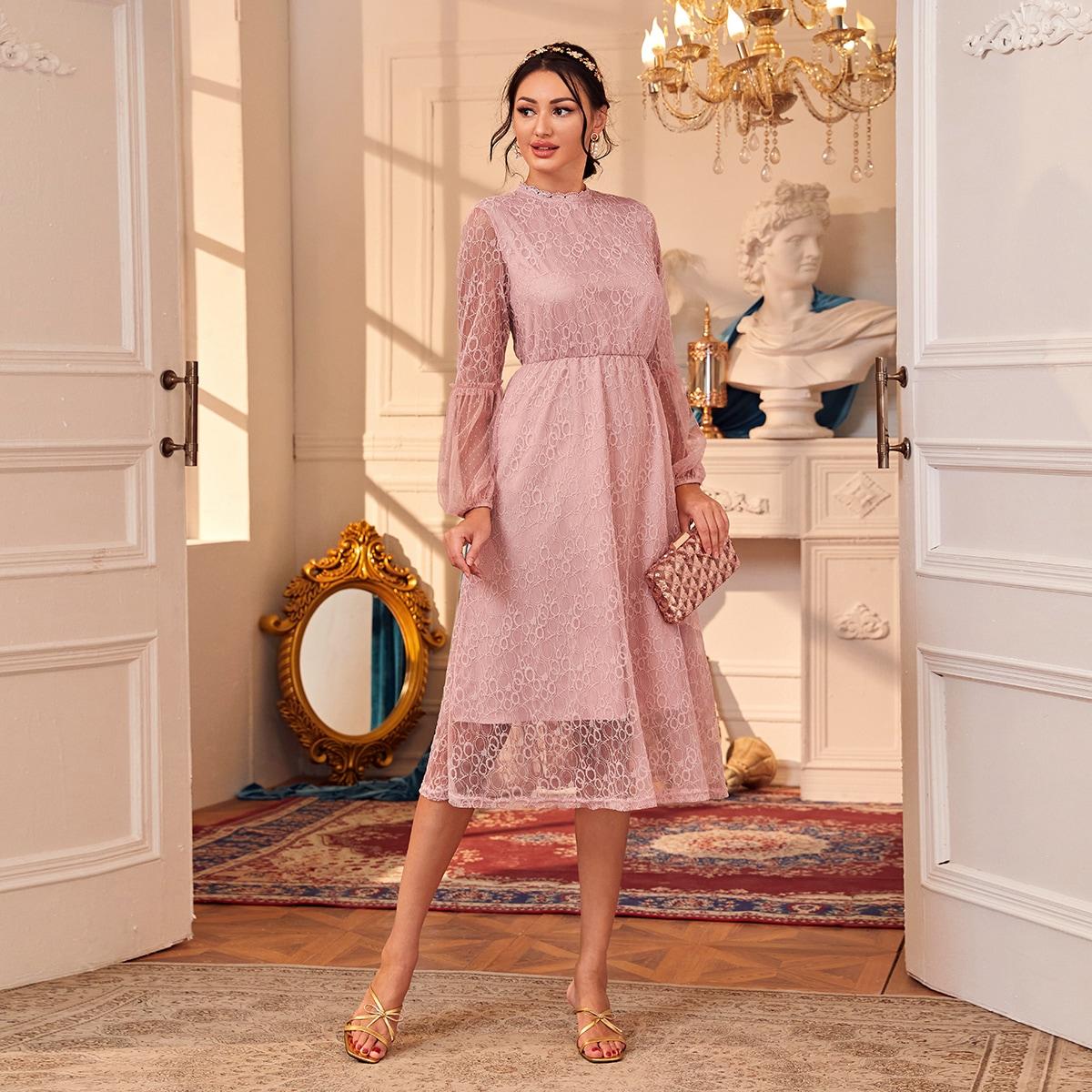 Кружевное платье с оригинальным рукавом фото