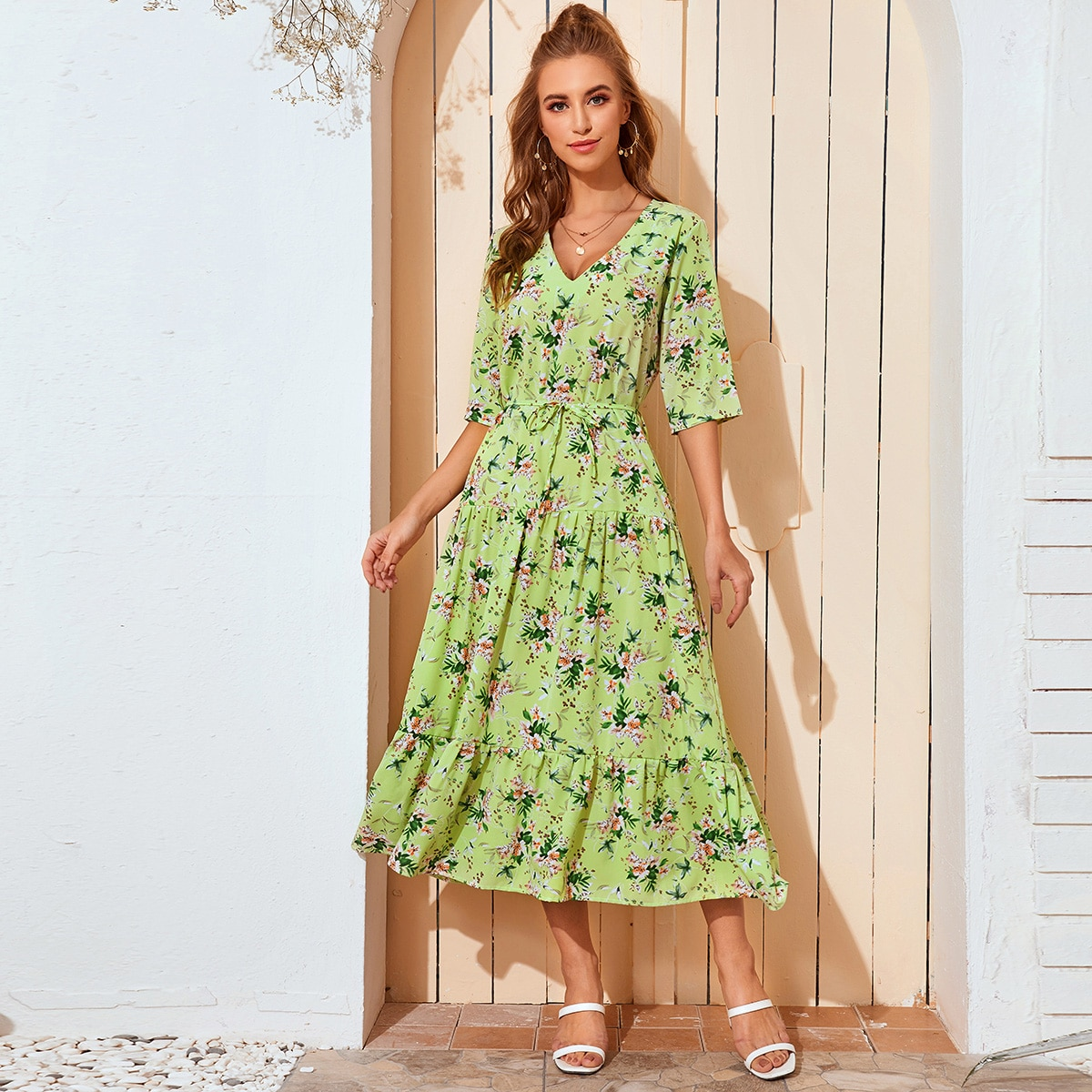 Цветочное платье с поясом и оборками фото