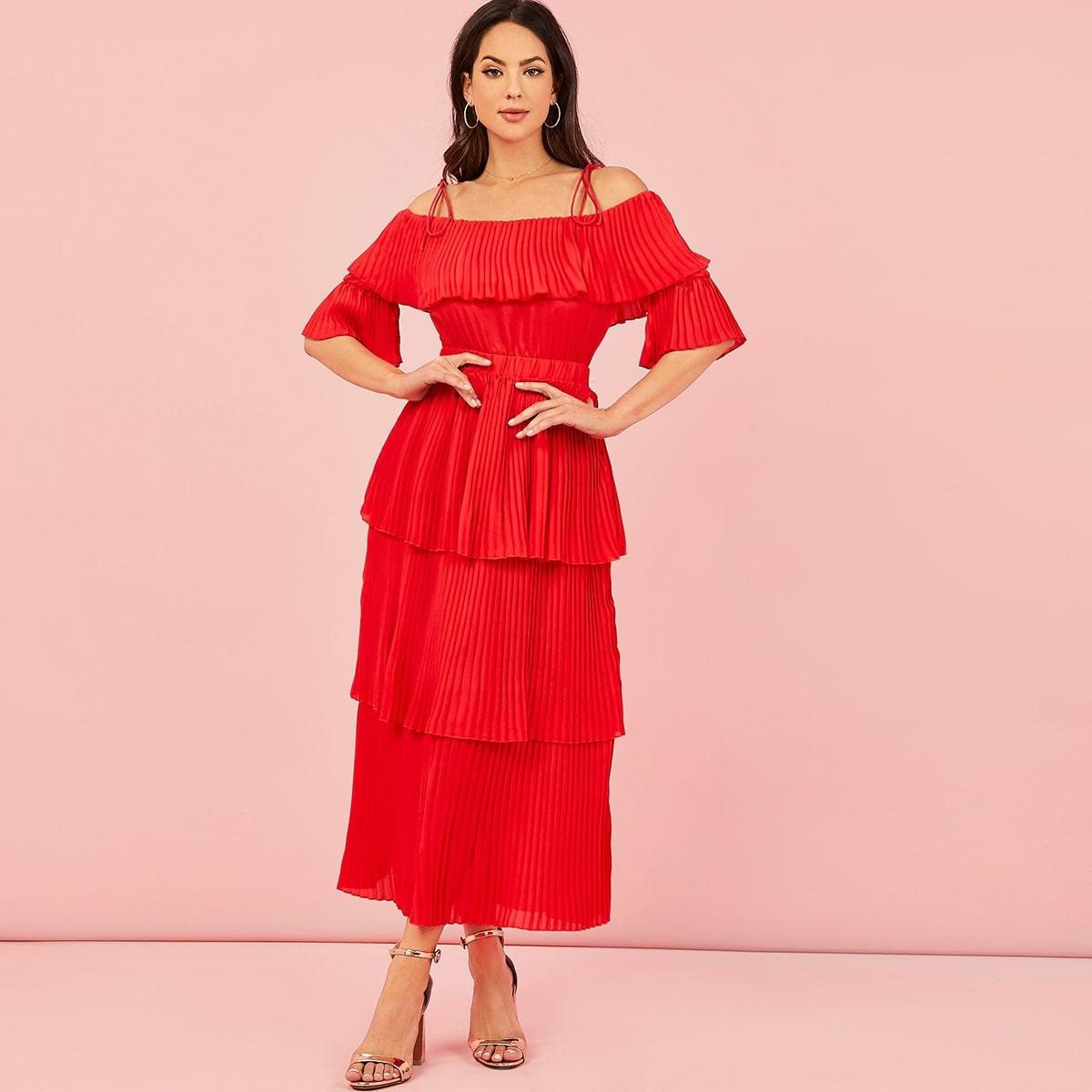 Многослойное плиссированное платье с открытыми плечами фото