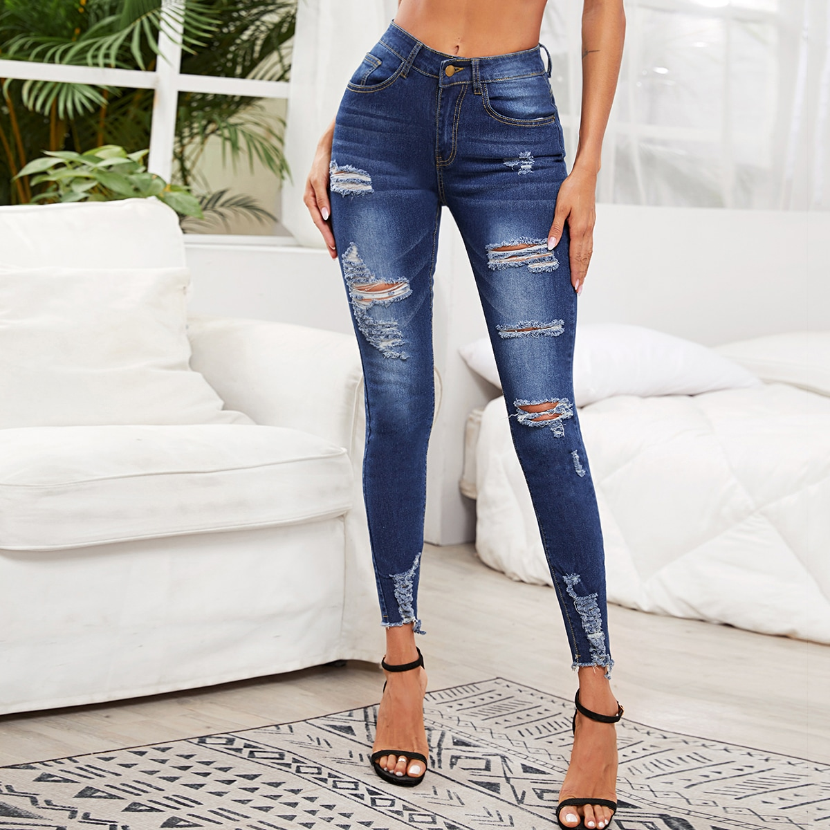 Рваные облегающие джинсы