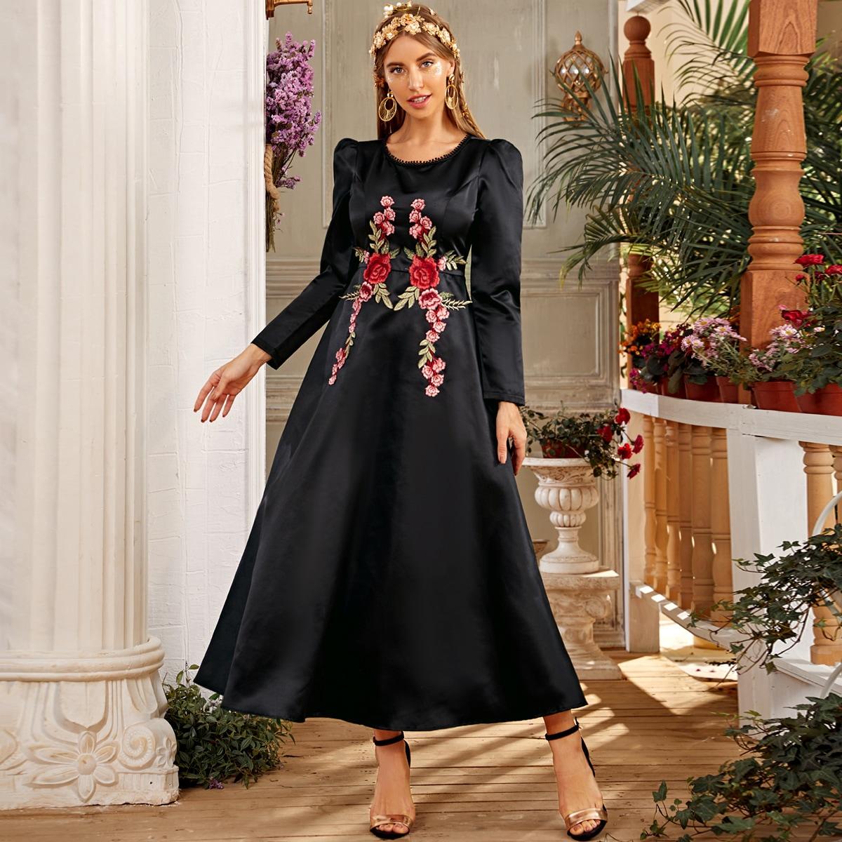 Длинное платье с пышными рукавами и цветочной вышивкой фото