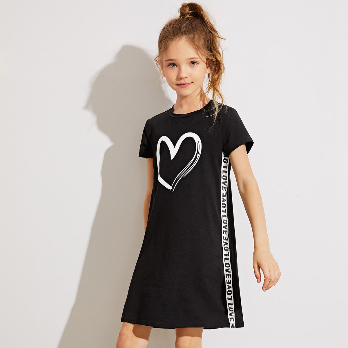 Платье с сердечным принтом для девочек фото
