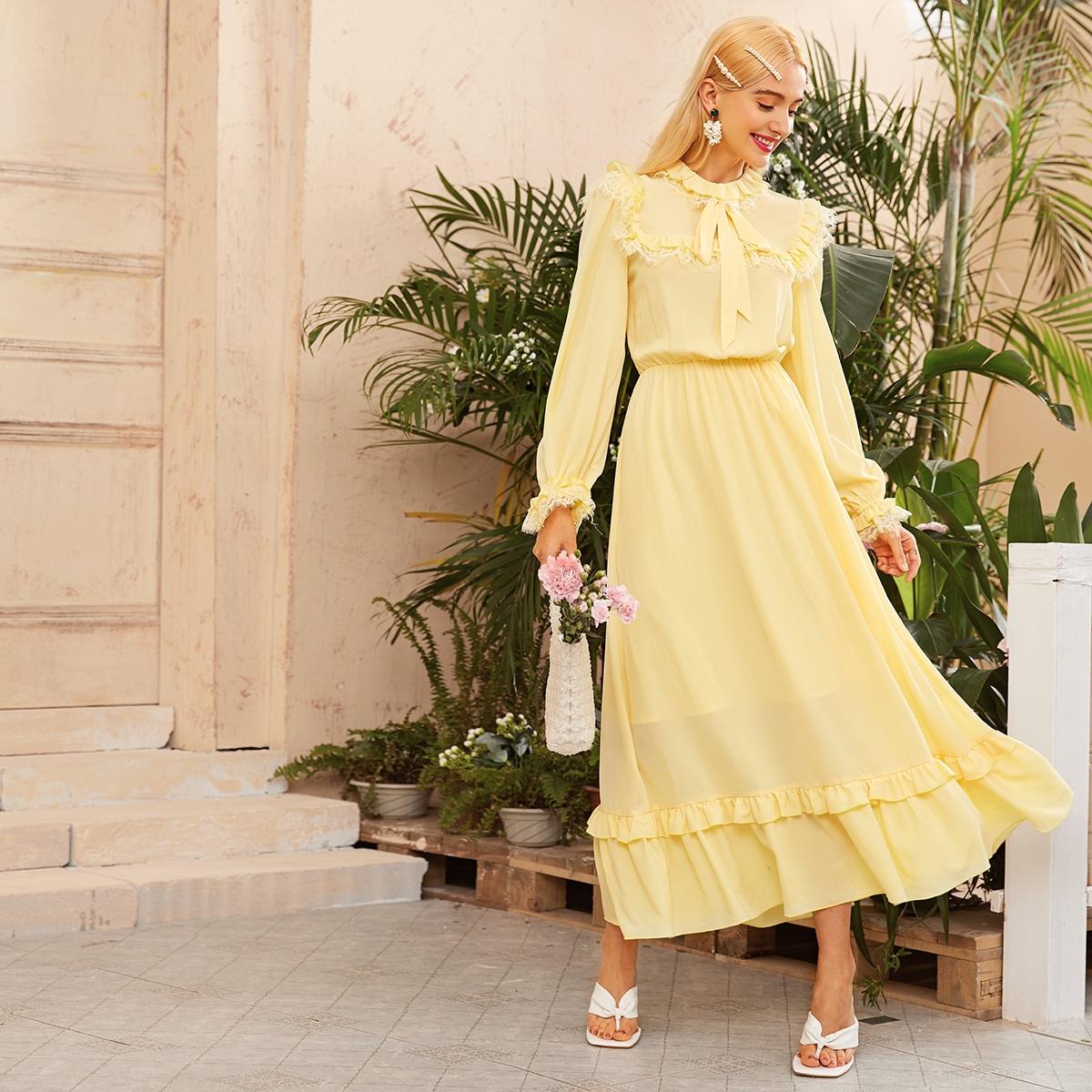 Платье с кружевной отделкой, оборками и вырезом-бантом фото