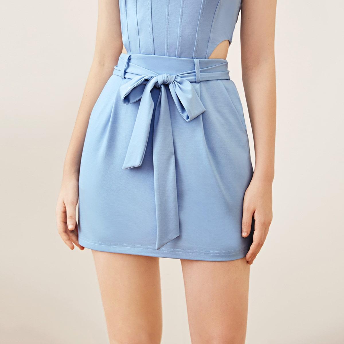 Однотонная юбка мини с поясом фото