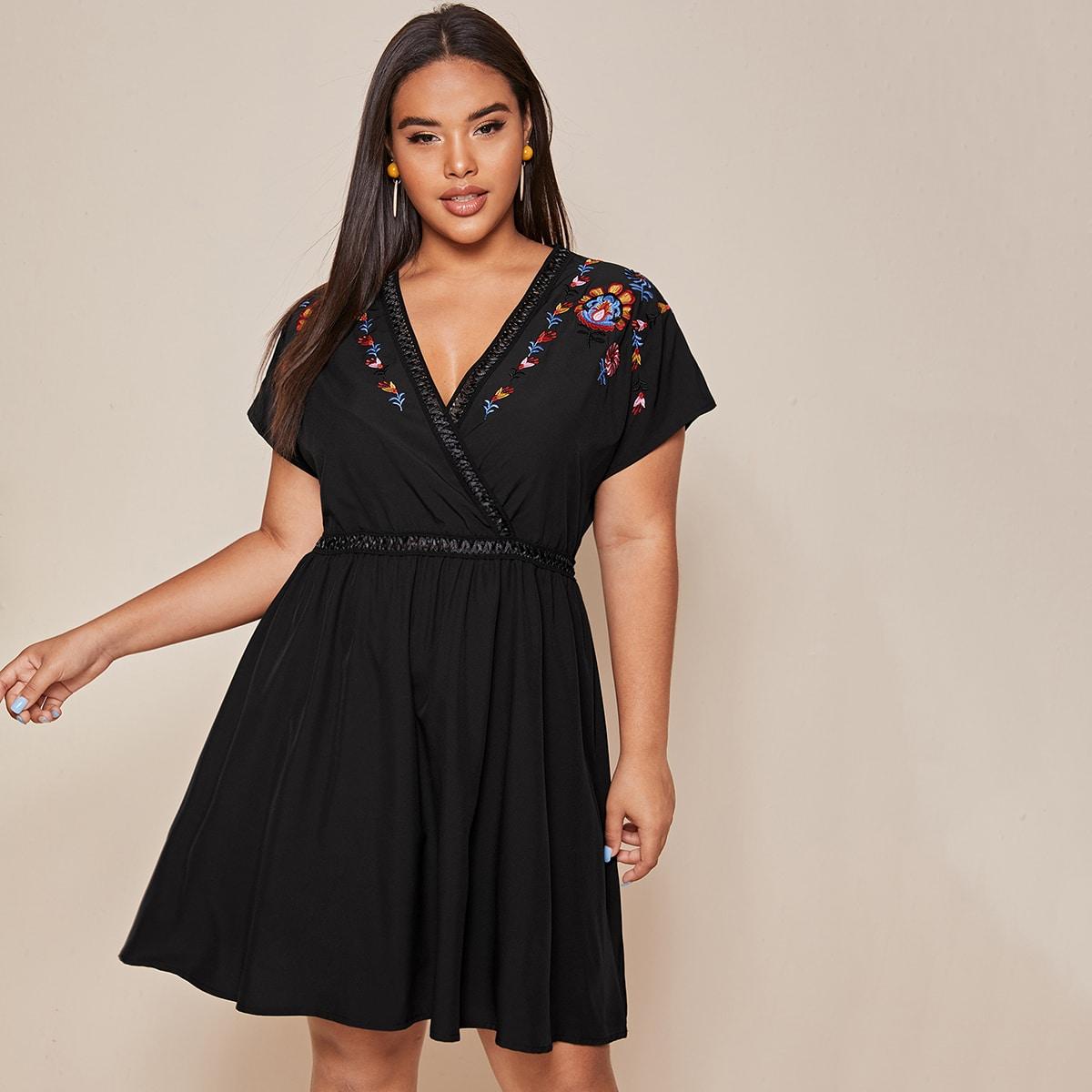 Расклешенное платье размера плюс с вышивкой