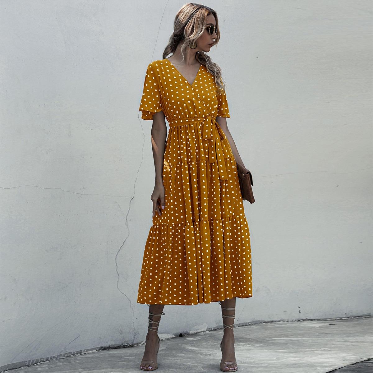 Платье в горошек с оборкой и V-образным вырезом фото